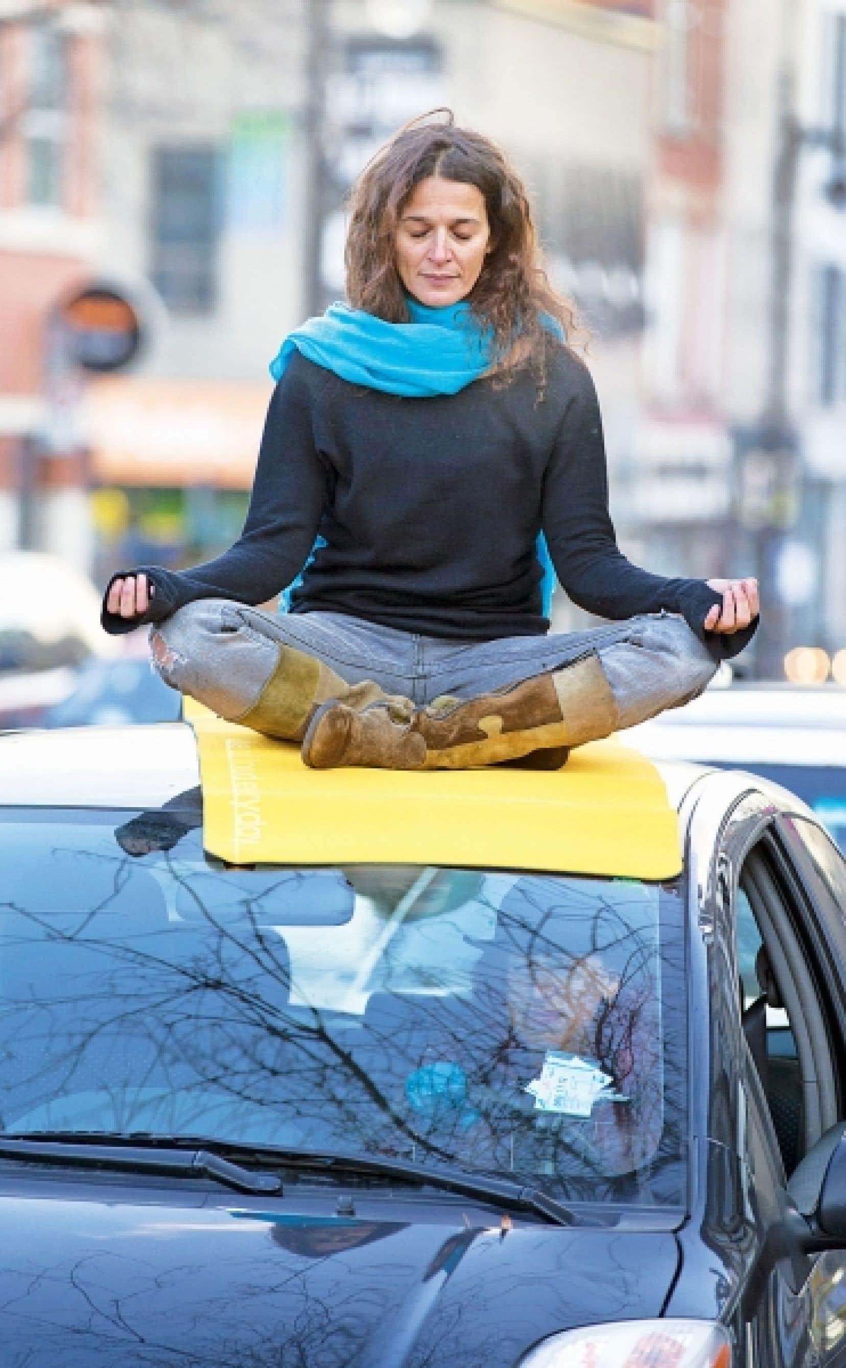 Sereine dans le bouchon, Dina Tsouluhas médite en pleine conscience, boulevard Saint-Laurent.