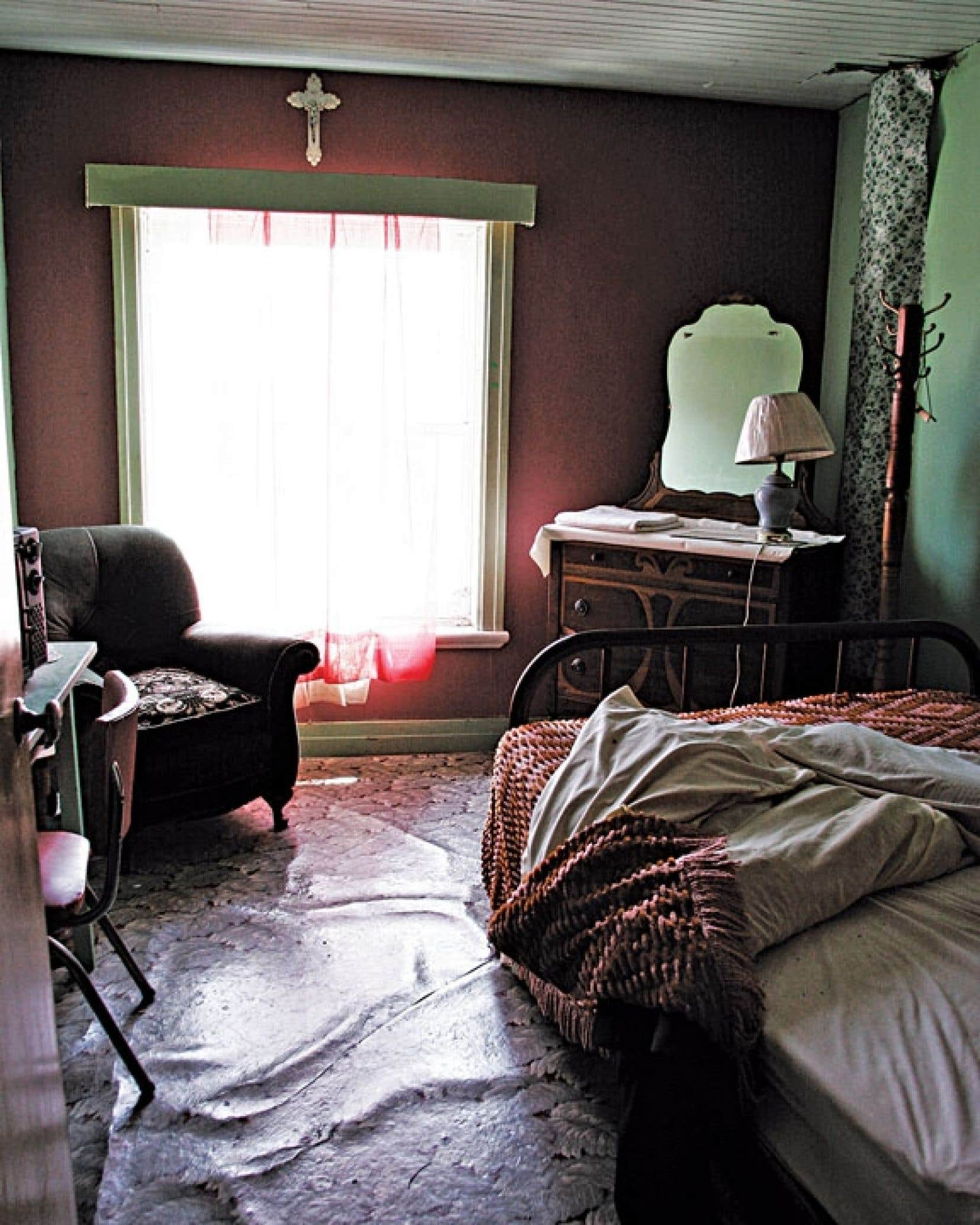 La photographe Julie Gauthier a découvert un hôtel abandonné, où rien n'a bougé depuis des années, sur la 138, quelque part entre Québec et Montréal. Jouant l'archéologue et l'anthropologue, elle a sorti son appareil photo pour saisir l'âme de cet endroit aussi beau que décadent.