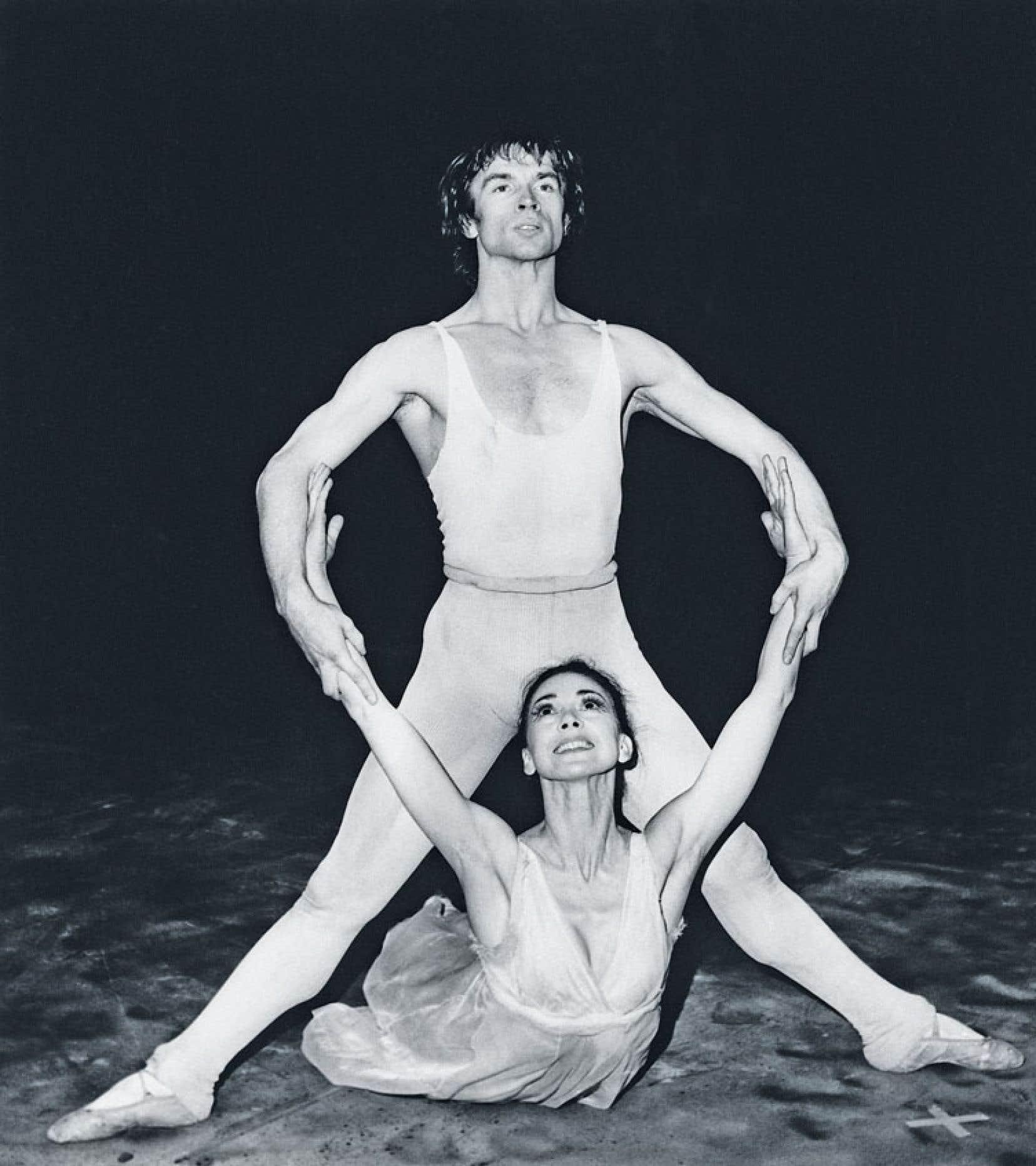 <div> Rudolf Noureev danse au Royal Opera House de Londres, où il forme un couple légendaire avec Margot Fonteyn. Photo prise le 24 mars 1969.</div>