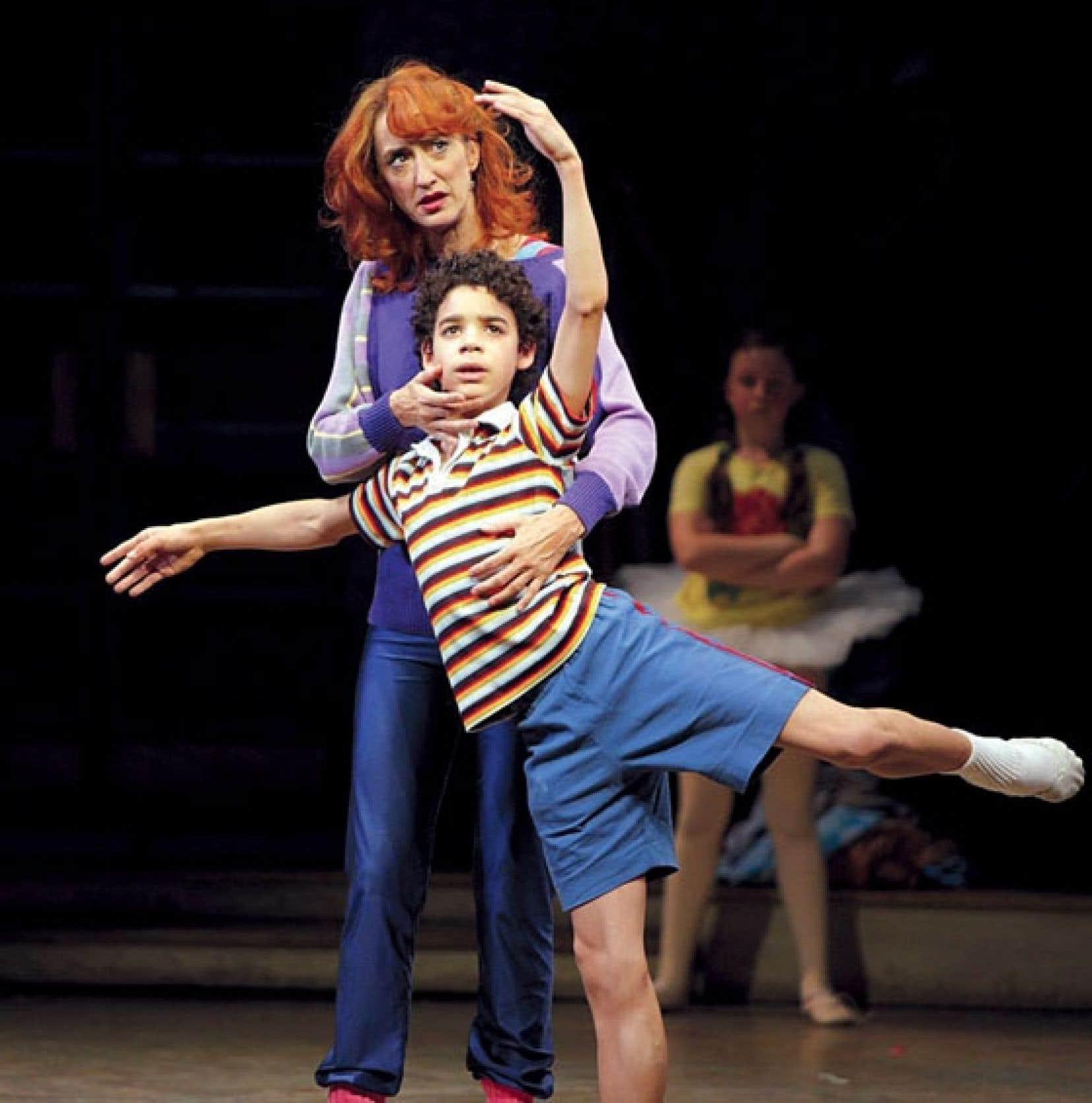Dans l'adaptation scénique du film de Stephen Daldry, le jeune Billy Elliot a le ballet classique dans la peau. Malgré les réticences de son père, il dansera coûte que coûte.