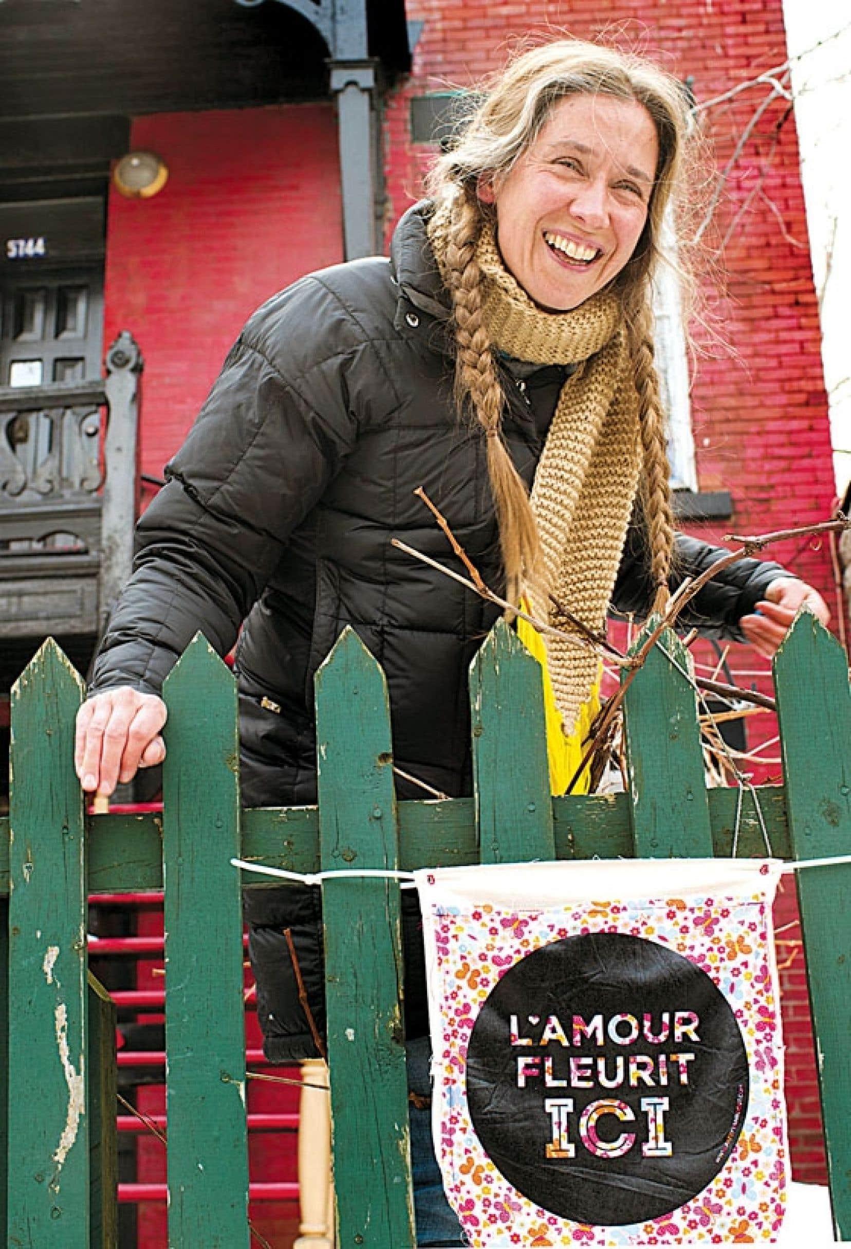 La fée du Mile-End, l'artiste Patsy Van Roost, célèbre la Saint-Valentin en mode communautaire, en invitant les citoyens du quartier à partager leurs recettes de l'amour, qu'elle sème ensuite dans tout le quartier, avec son projet L'amour fleurit ici.