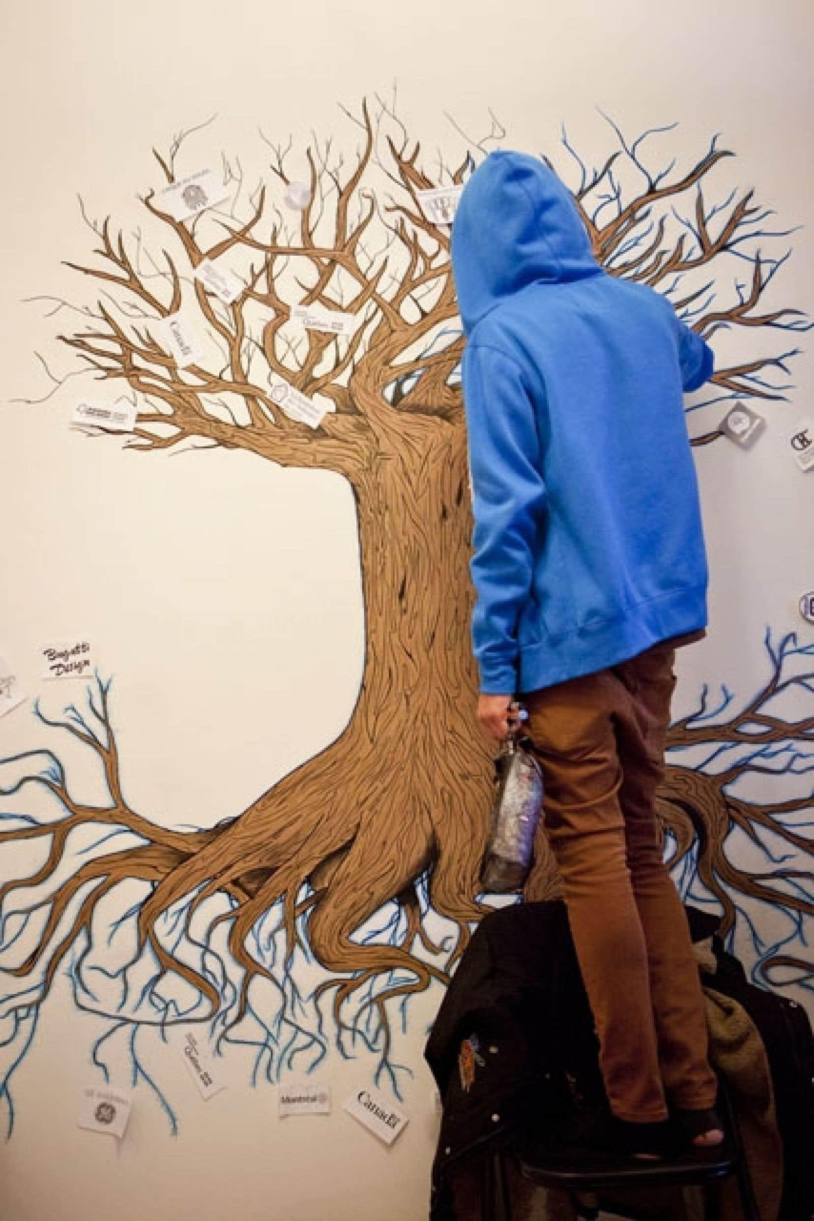 Dans l'entrée d'En Marge, Mathieu a peint un arbre dont les racines sont presque aussi larges que les branches. Un dessin évocateur pour un jeune déraciné.