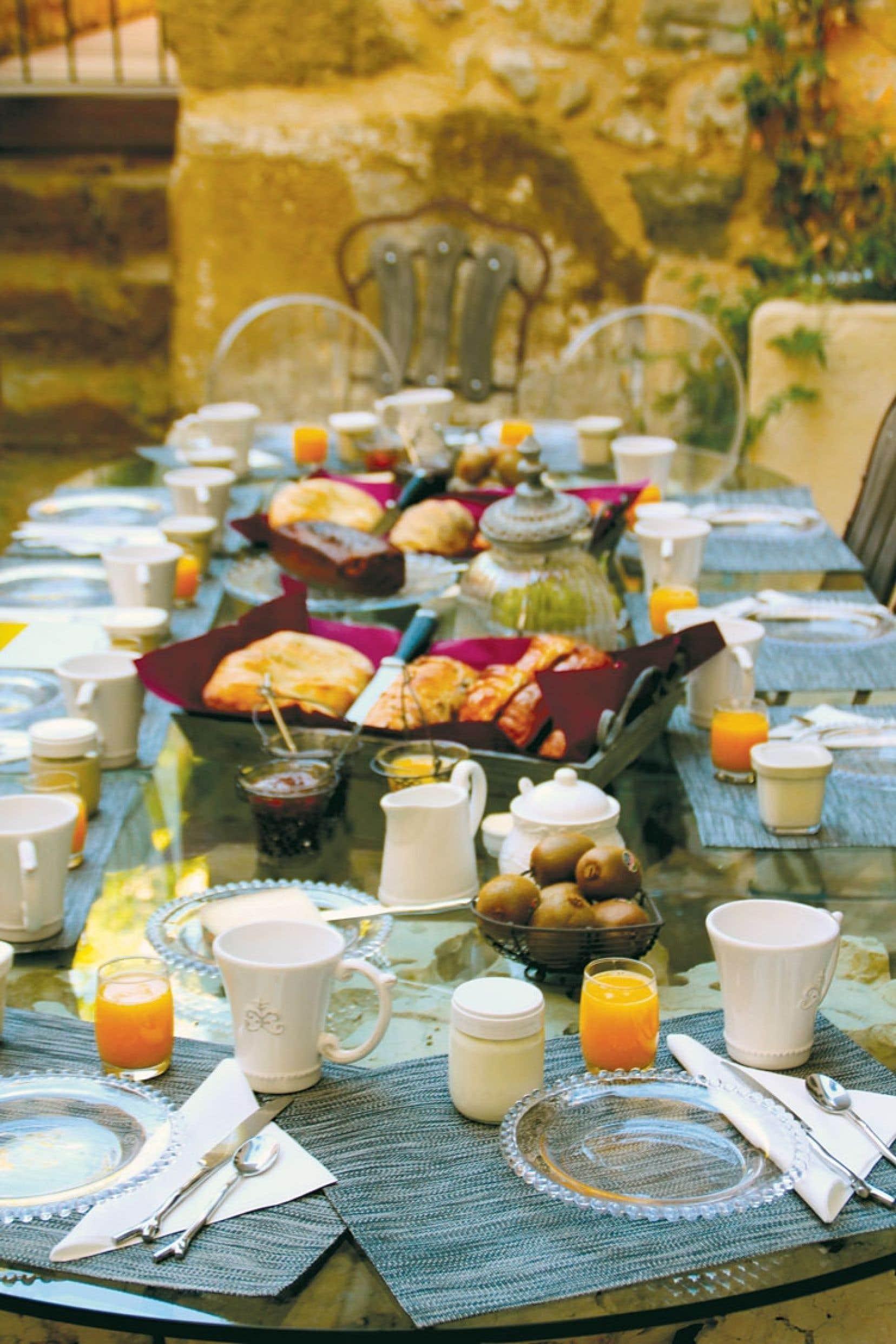 Le repas est servi à la maison d'hôtes Les Remparts, située dans une commune mondialement connue pour son muscat et labellisée « Site remarquable du goût ».