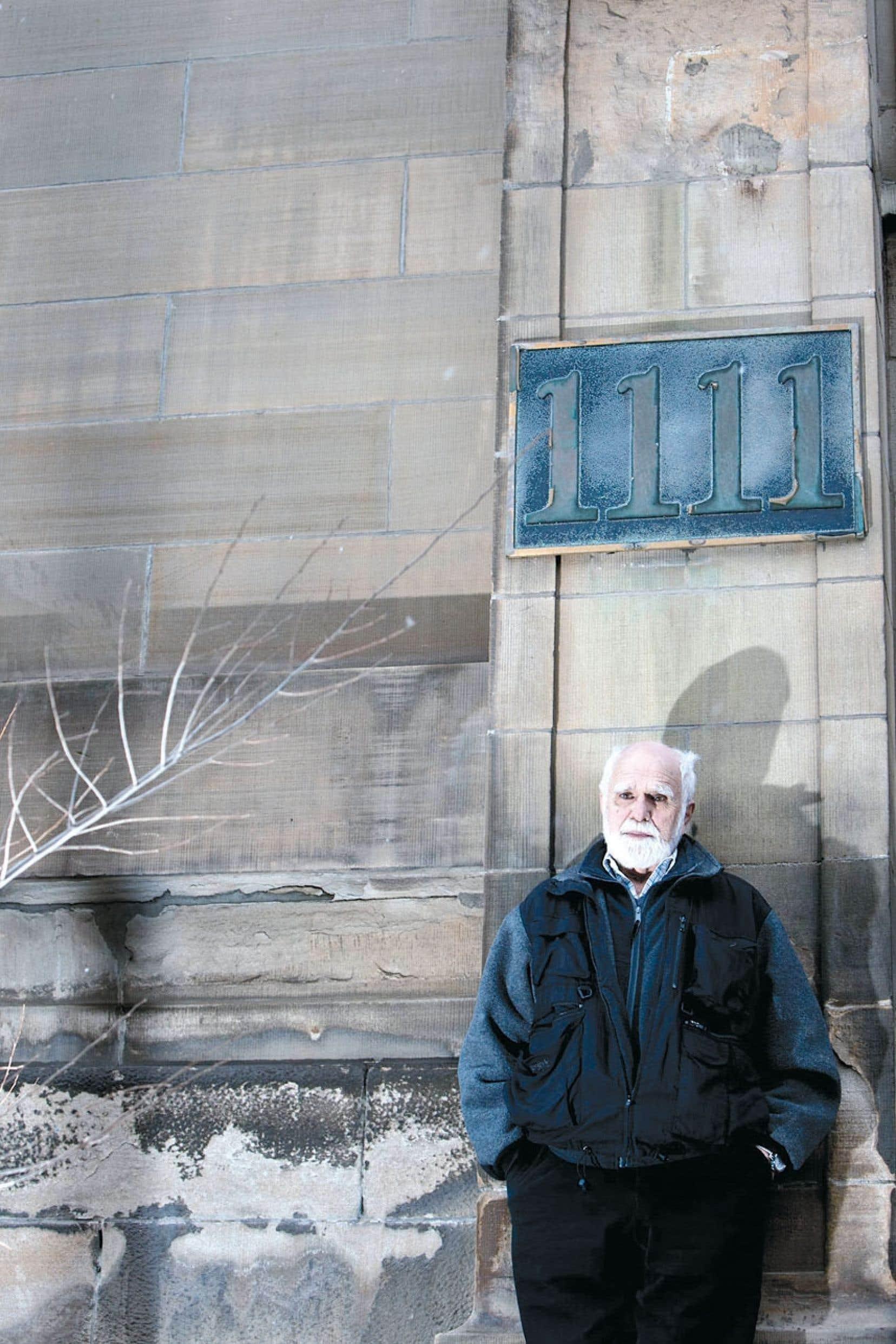 L'écrivain devant l'édifice qui a abrité l'École du meuble à Montréal jusqu'à la fin des années 1960.