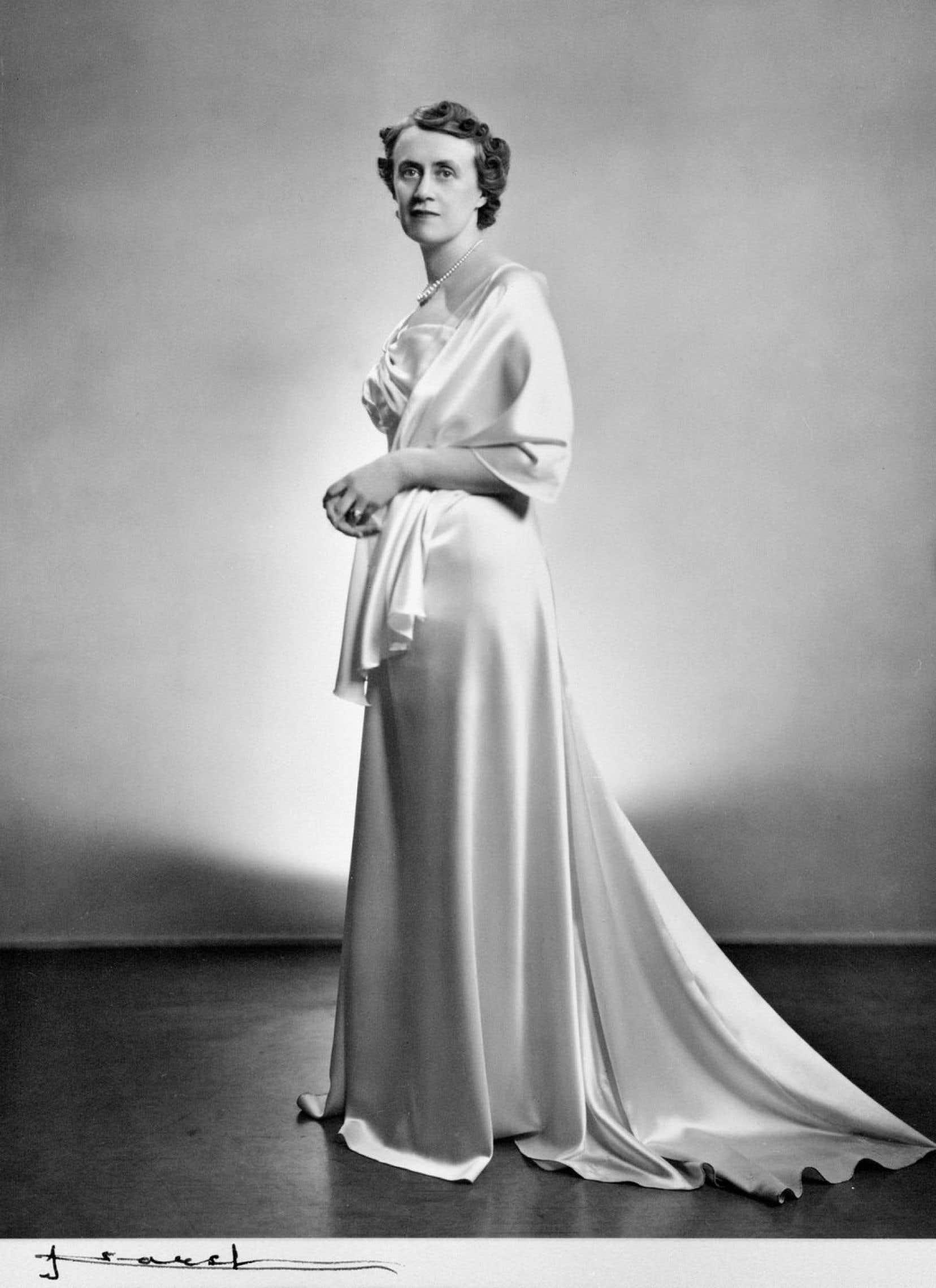 Thérèse Forget-Casgrain, le 8 avril 1939, impériale devant l'objectif du célèbre photographe Yousuf Karsh.