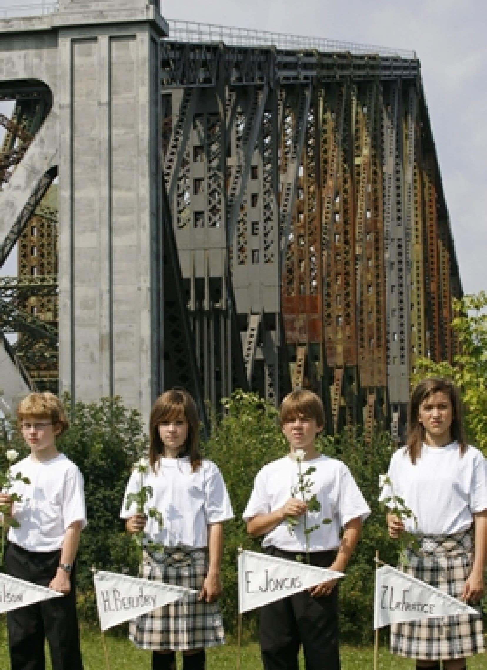 Lors d'une cérémonie particulièrement émouvante dans le parc qui voisine le pont, de jeunes écoliers sont allés planter dans le sol des drapeaux représentant les victimes, tandis que l'animatrice Renée Hudon lisait leurs noms à haute voix, a
