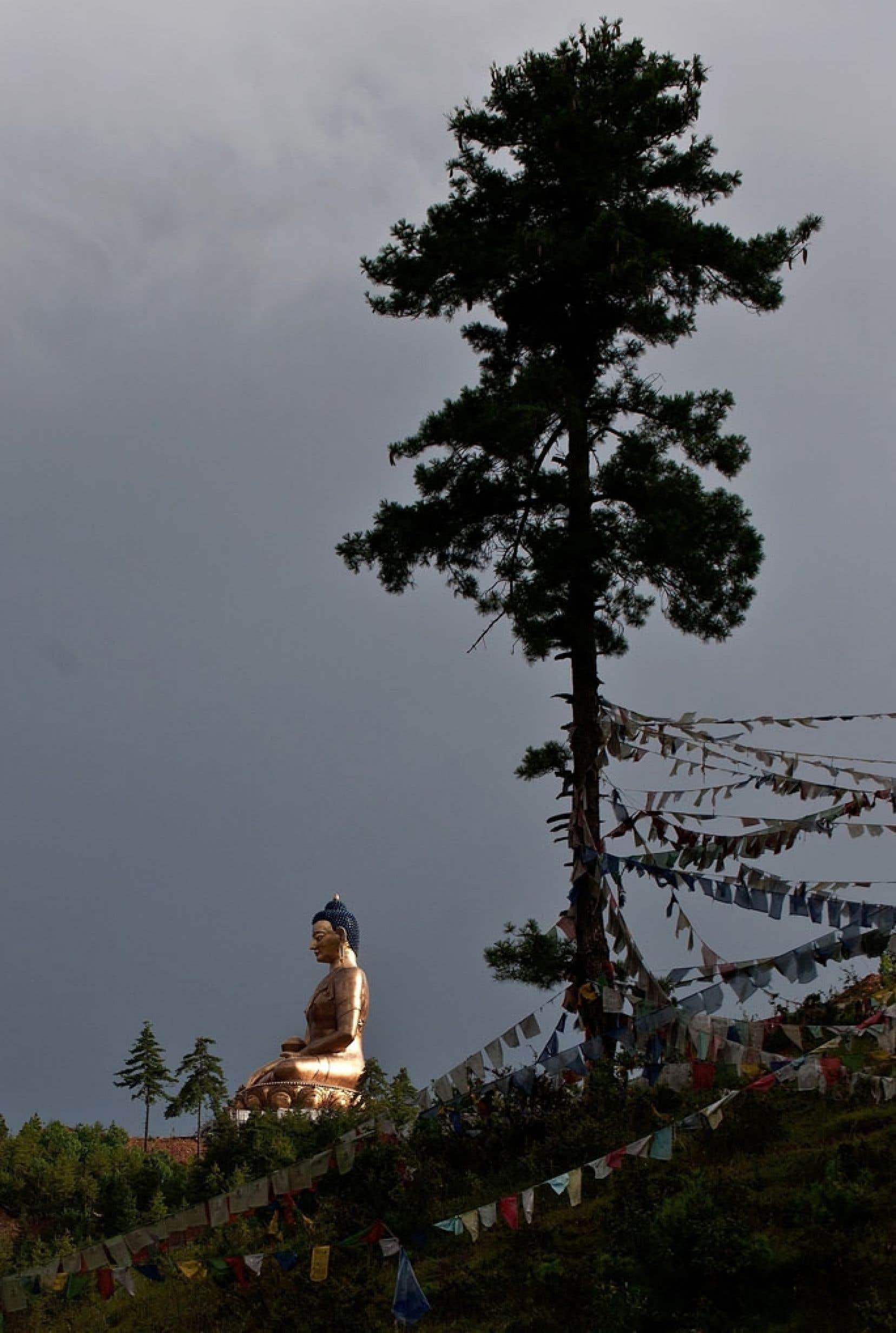 La statue du Bouddha Dodenma, la plus haute du genre au monde, domine la vallée de Thimphu, au Bhoutan.