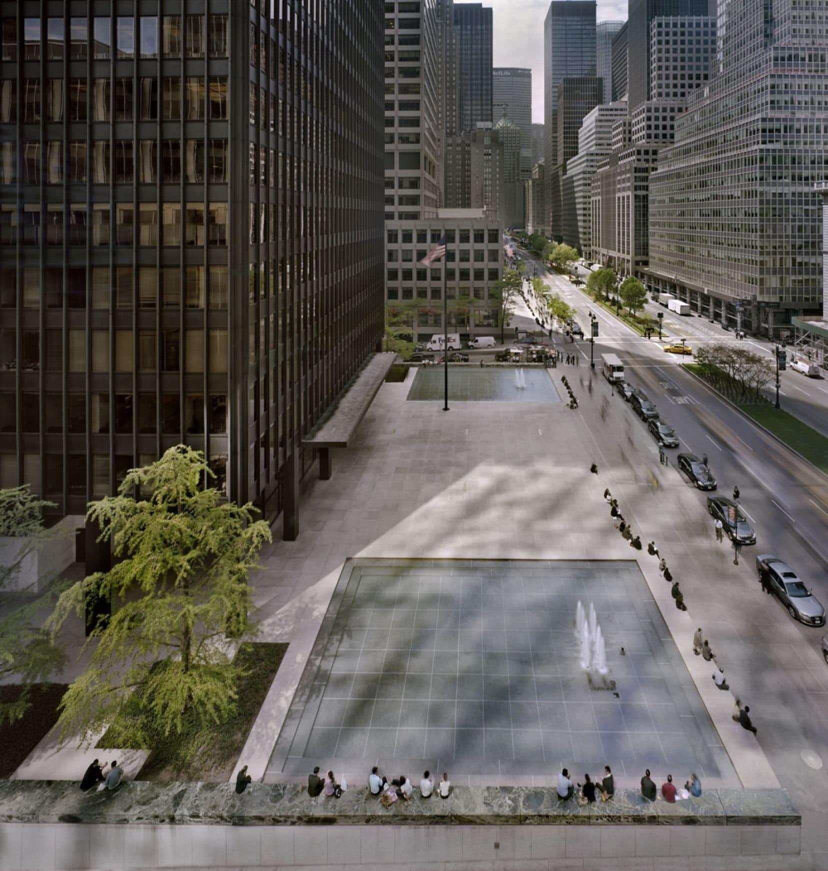 Vue panoramique vers le sud de l'esplanade Seagram, depuis la première terrasse du 399 Park Avenue, à New York.