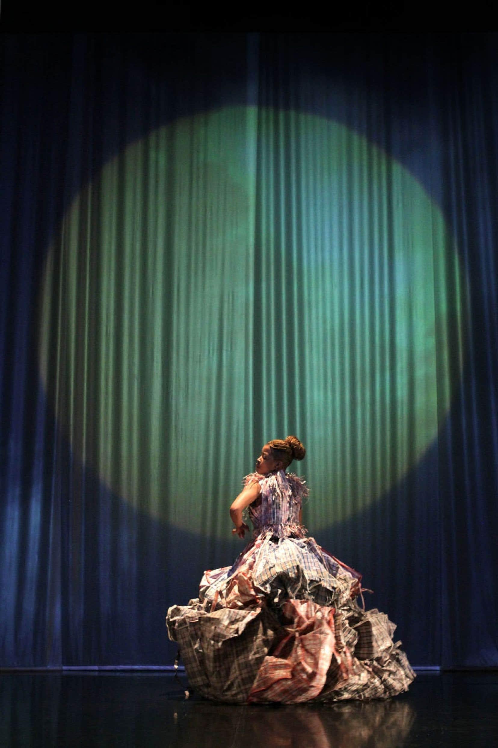La pièce Beauty Remained..., de la chorégraphe Robyn Orlin, met entre autres en scène une reine de la « récup ».