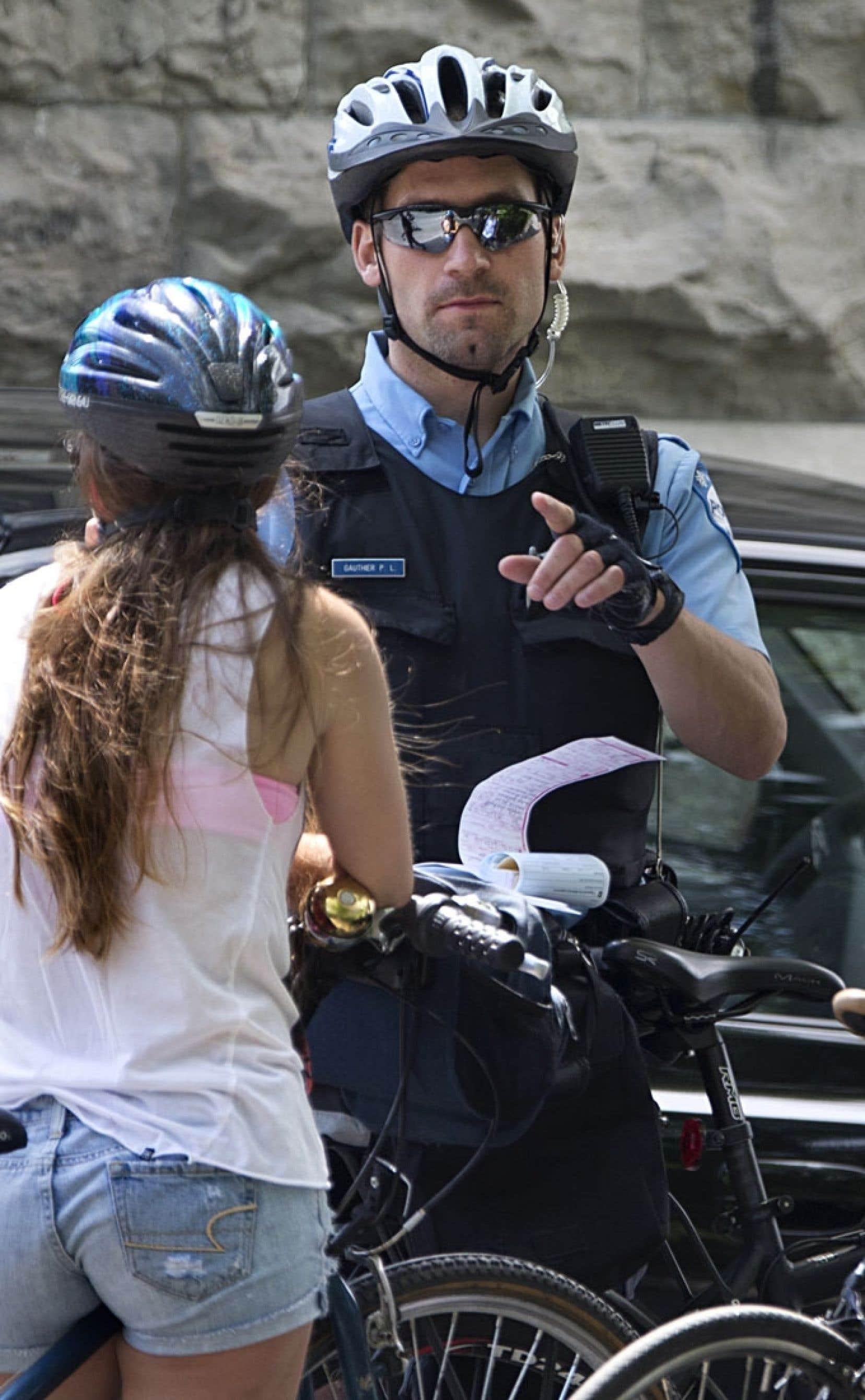 Les opérations policières visant les cyclistes se multiplient à Montréal, comme ici rue Rachel. «Oui, il est possible de se faire intercepter par la police quand on est un cycliste, rappelle l'inspecteur André Durocher, du SPVM. Les cyclistes ont peur de se faire intercepter, c'est ce qu'on veut. »