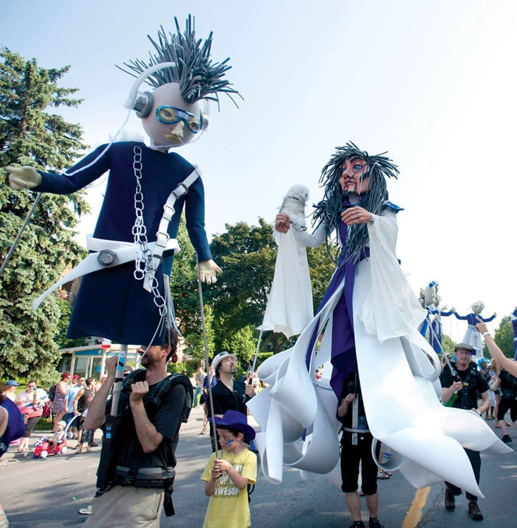 Le défilé de la fête nationale : le ballet des marionnettes géantes serait sans doute intéressant si nous savions ce qu'elles représentent !