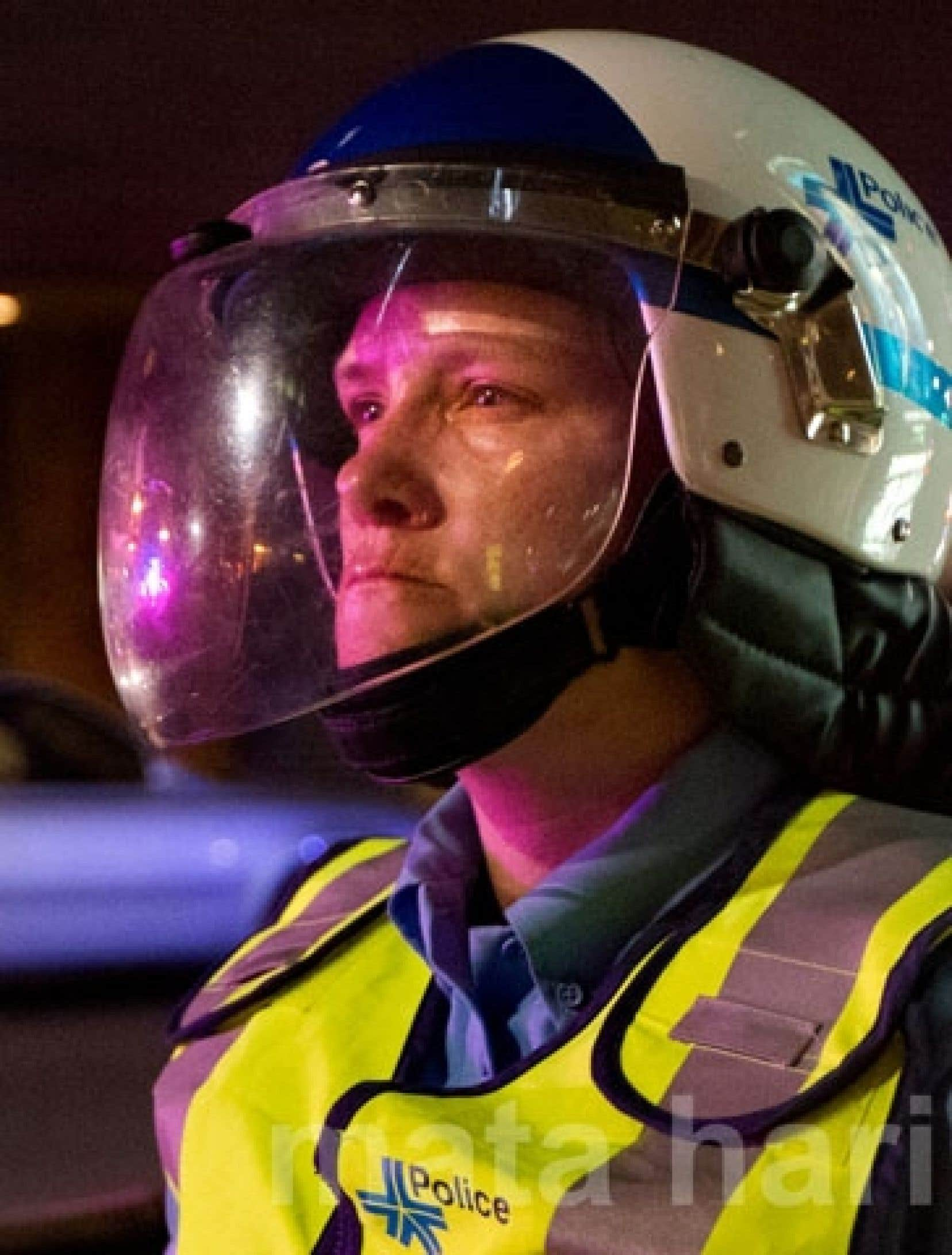 22 h 33 Angle Sainte-Catherine et Saint-Hubert, la policière Stéfanie Trudeau, connue sous son numéro de matricule 728, montre un visage des plus tendus.