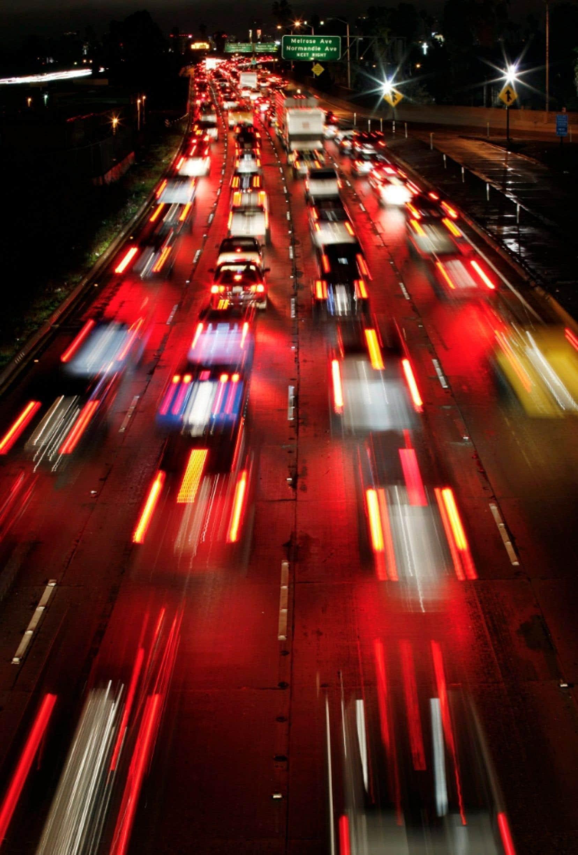L'automobile est pour les habitants de Los Angeles le moyen de transport préféré, ce qui entraîne fréquemment des bouchons de circulation. L.A. s'apprête cependant à investir 40 milliards dans les trains de banlieue, parce que la logique de la voiture à tout prix a frappé un mur.
