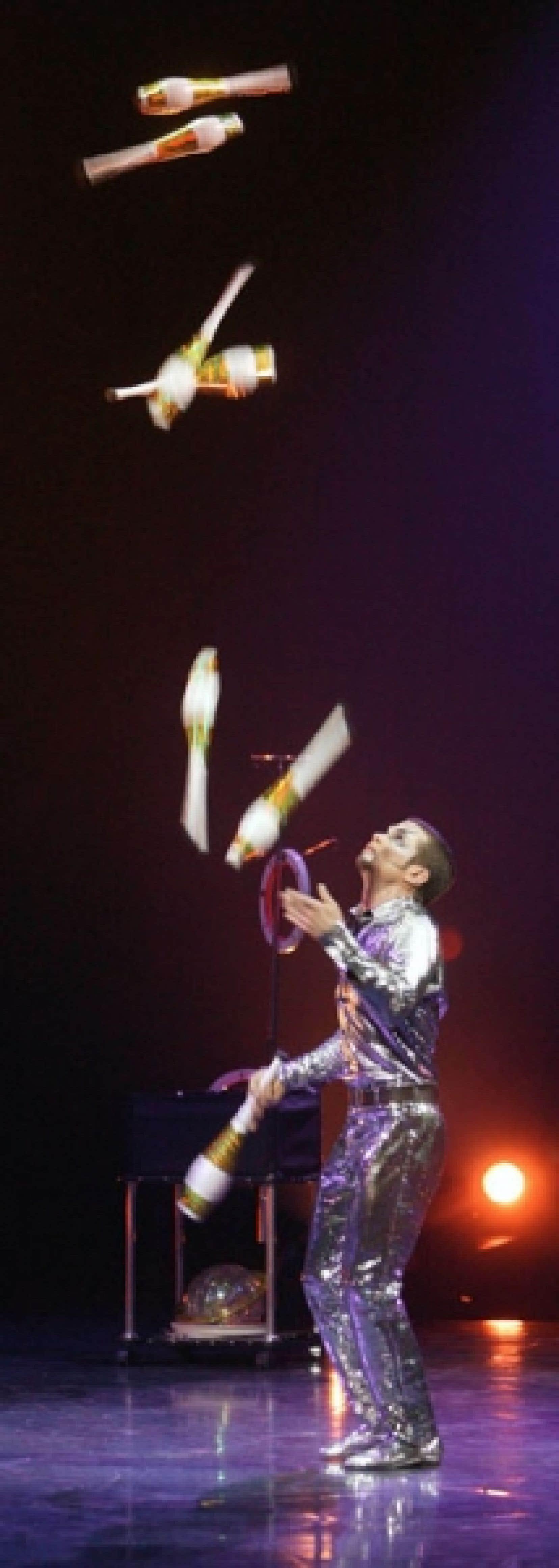 Le numéro de jonglerie montré hier ose des clins d'oeil à tous les clichés du genre, y compris le costume de paillettes argentées.