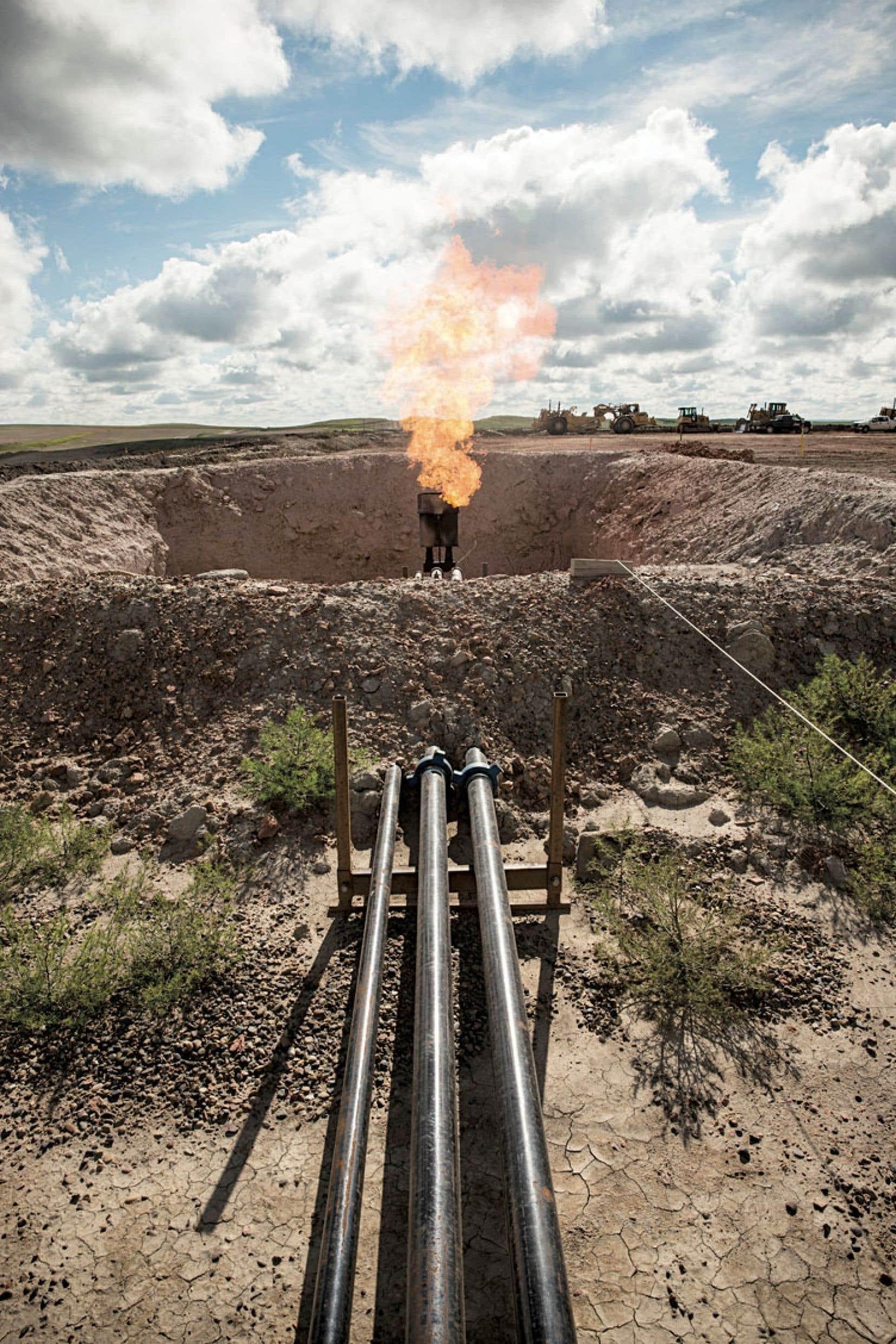 Une torche brûlant au-dessus d'un puits de forage dans le Dakota du Nord. Il y a peut-être 40milliards de barils sur l'île d'Anticosti, mais comme au Dakota, c'est environ 1,2% qui est peut-être récupérable par les puits.