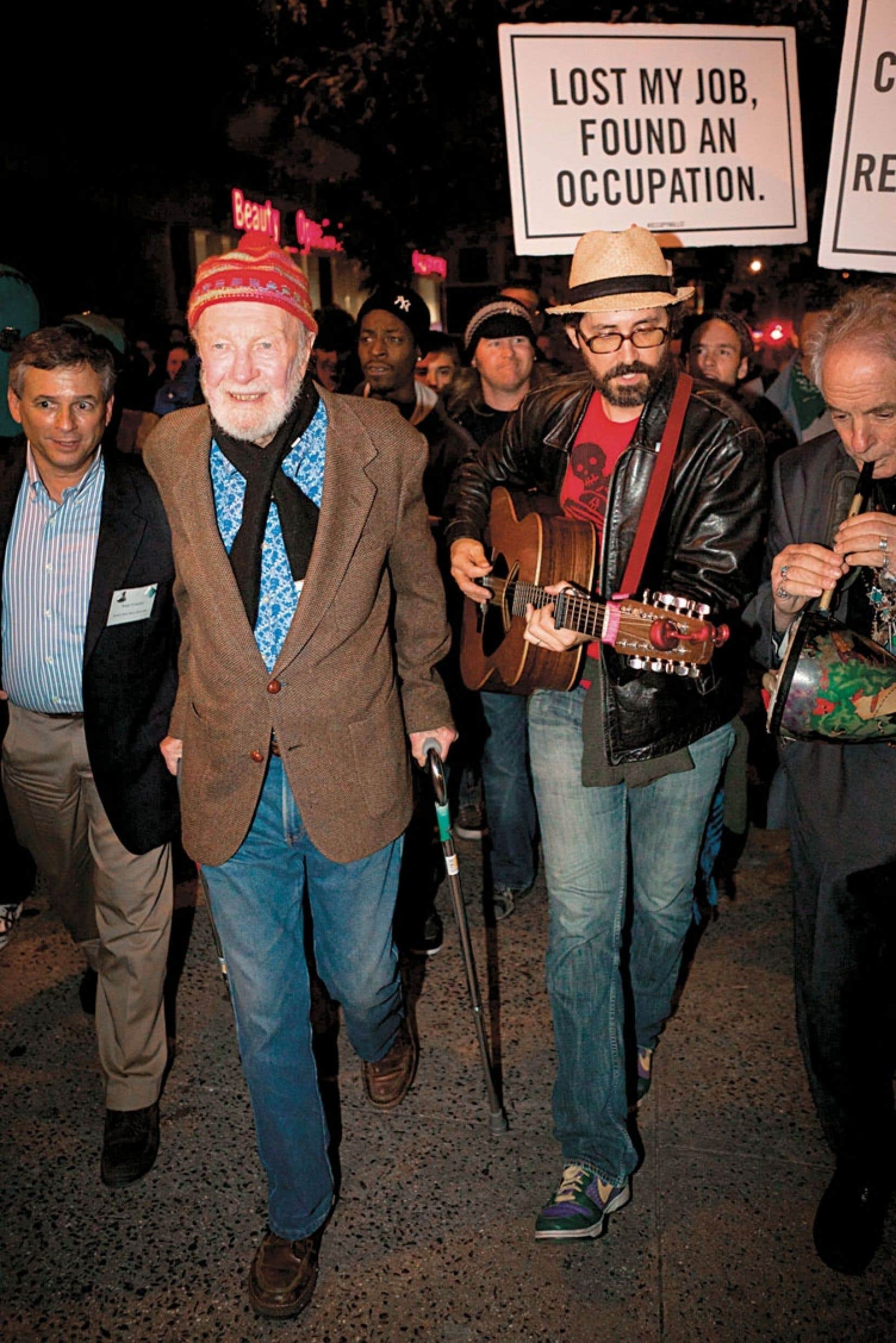 Pete Seeger, appuyé sur deux cannes, a apporté son soutien au mouvement «Occupy» à Manhattan en 2011.