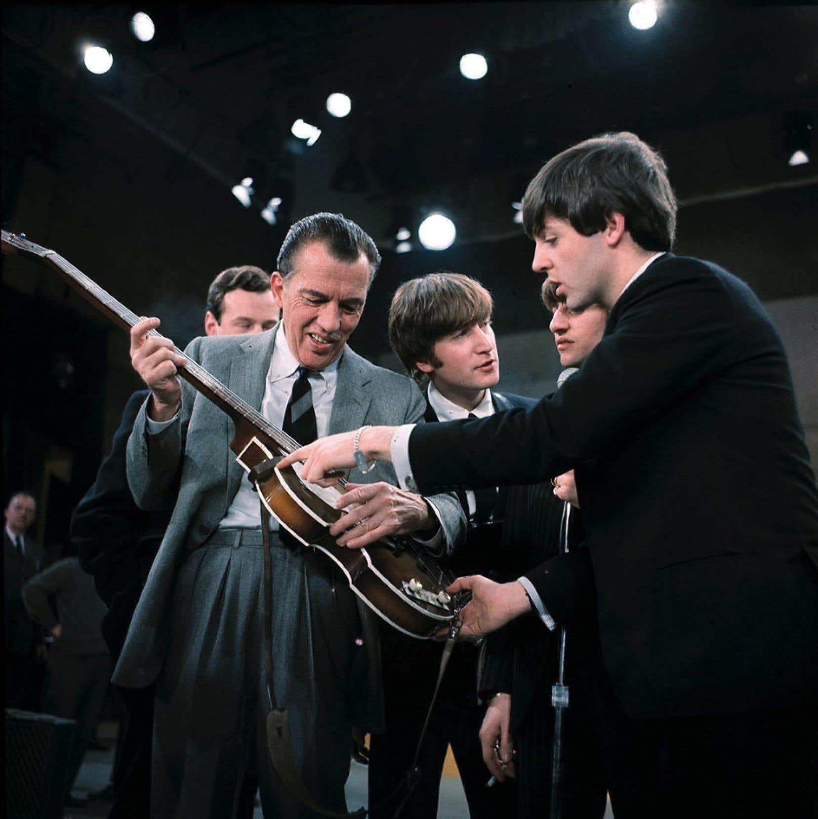 Ed Sullivan, en compagnie de John Lennon, Ringo Starr et Paul McCartney après leur prestation.