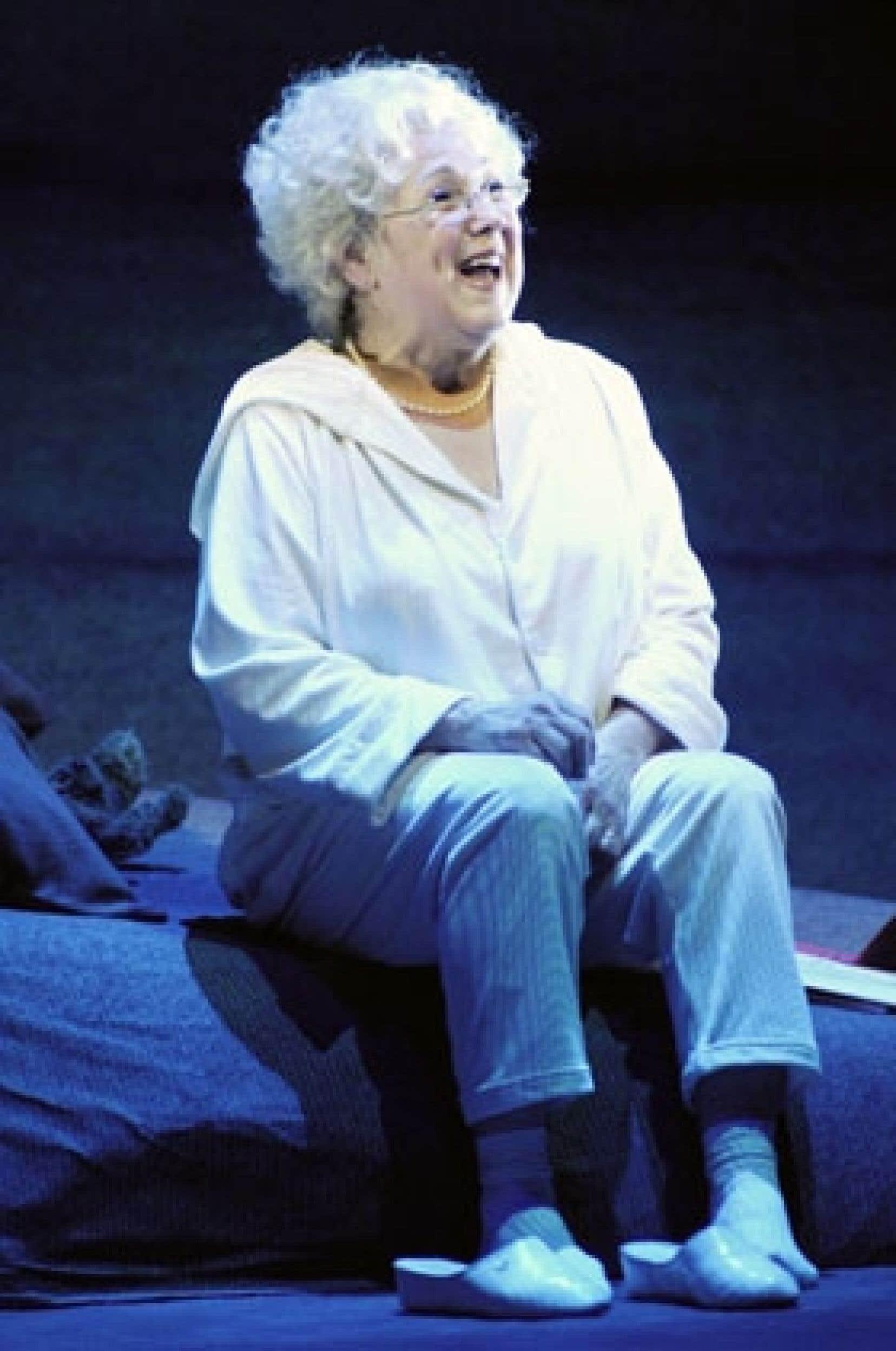 Seule en scène dans la pièce Oscar et la Dame rose, Rita Lafontaine a la lourde tâche d'incarner en alternance un petit garçon et une femme âgée.