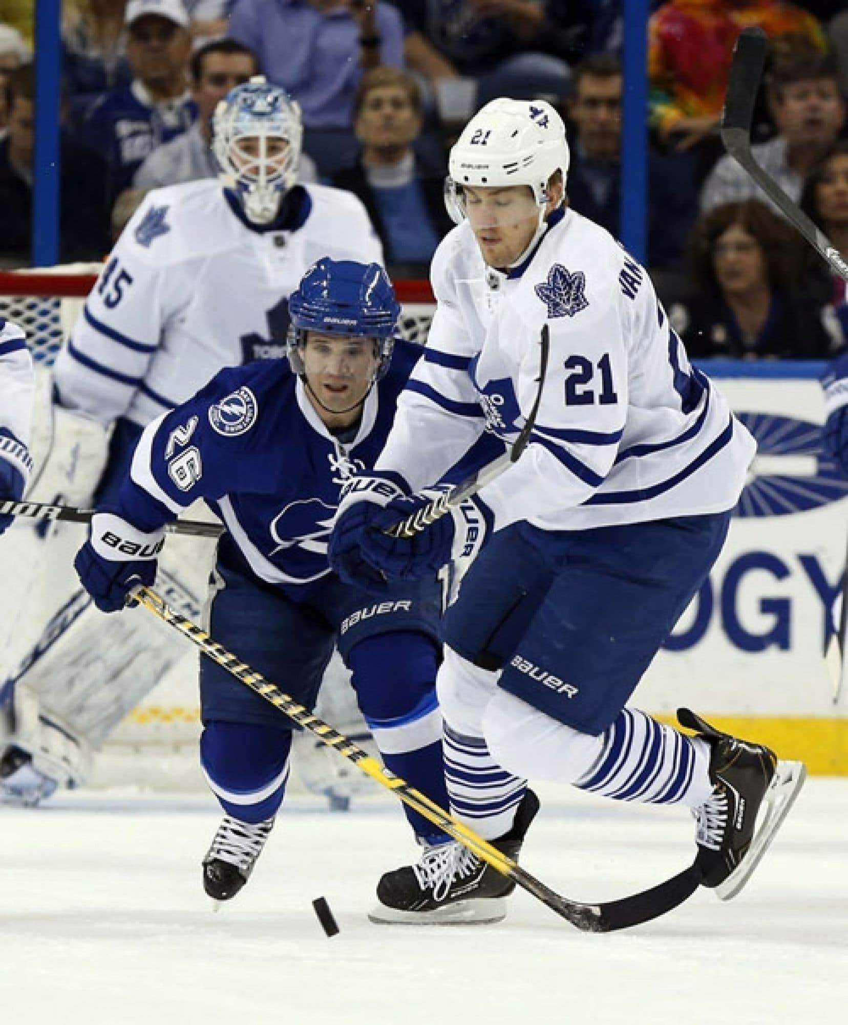 On s'est indigné de l'absence du vétéran Martin St-Louis (en bleu foncé), le meilleur pointeur québécois actuellement dans la Ligue nationale de hockey, de l'équipe olympique canadienne à Sotchi.