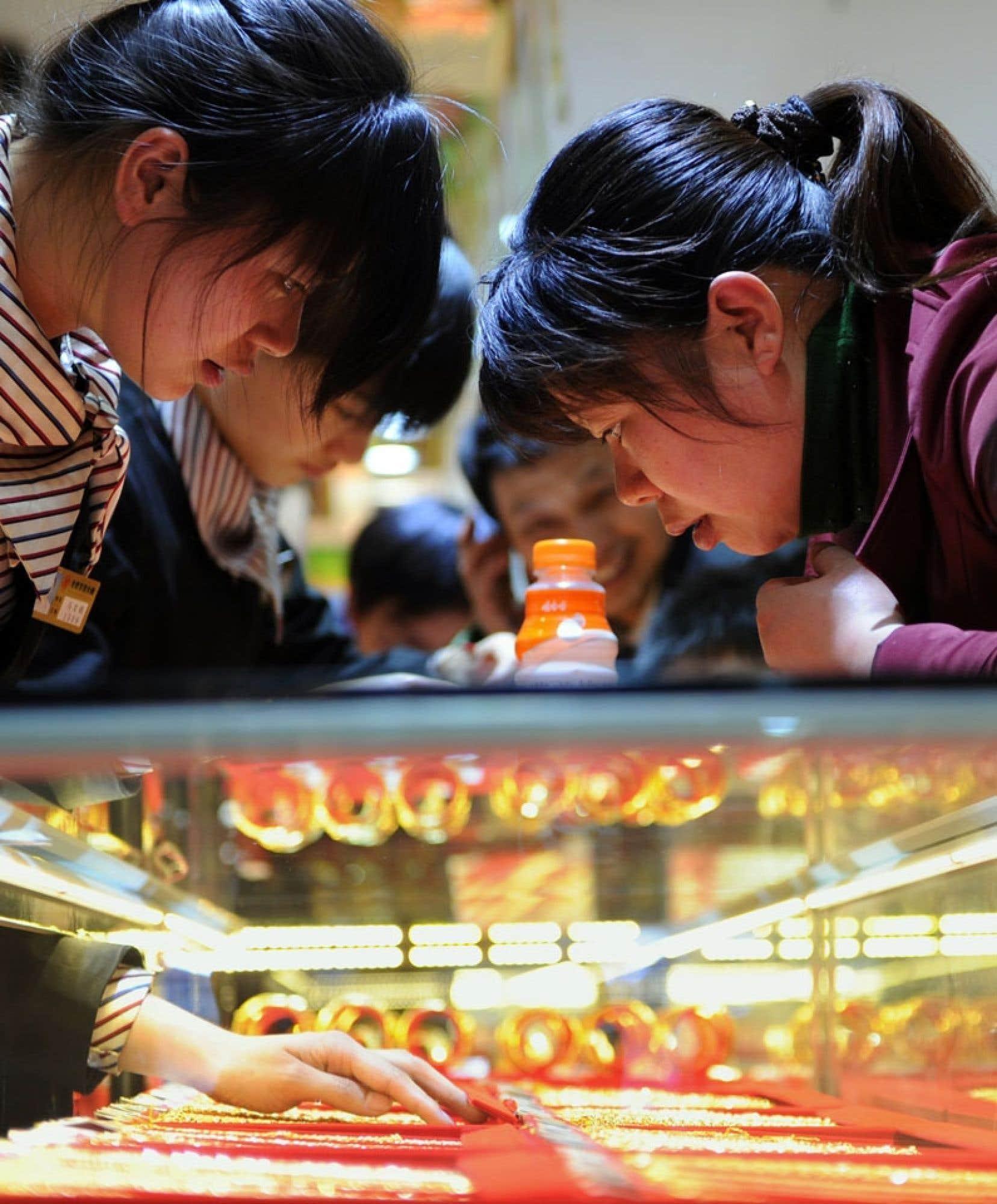 Dans une bijouterie de Pékin, des clientes se font conseiller l'achat de bijoux en or.