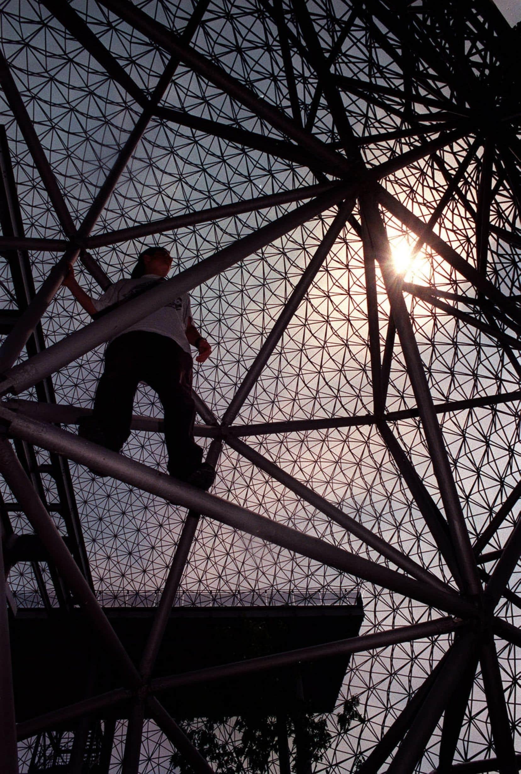 La Biosphère pourrait faire l'objet d'une mise en lumière permanente à l'instar de la tour Eiffel.