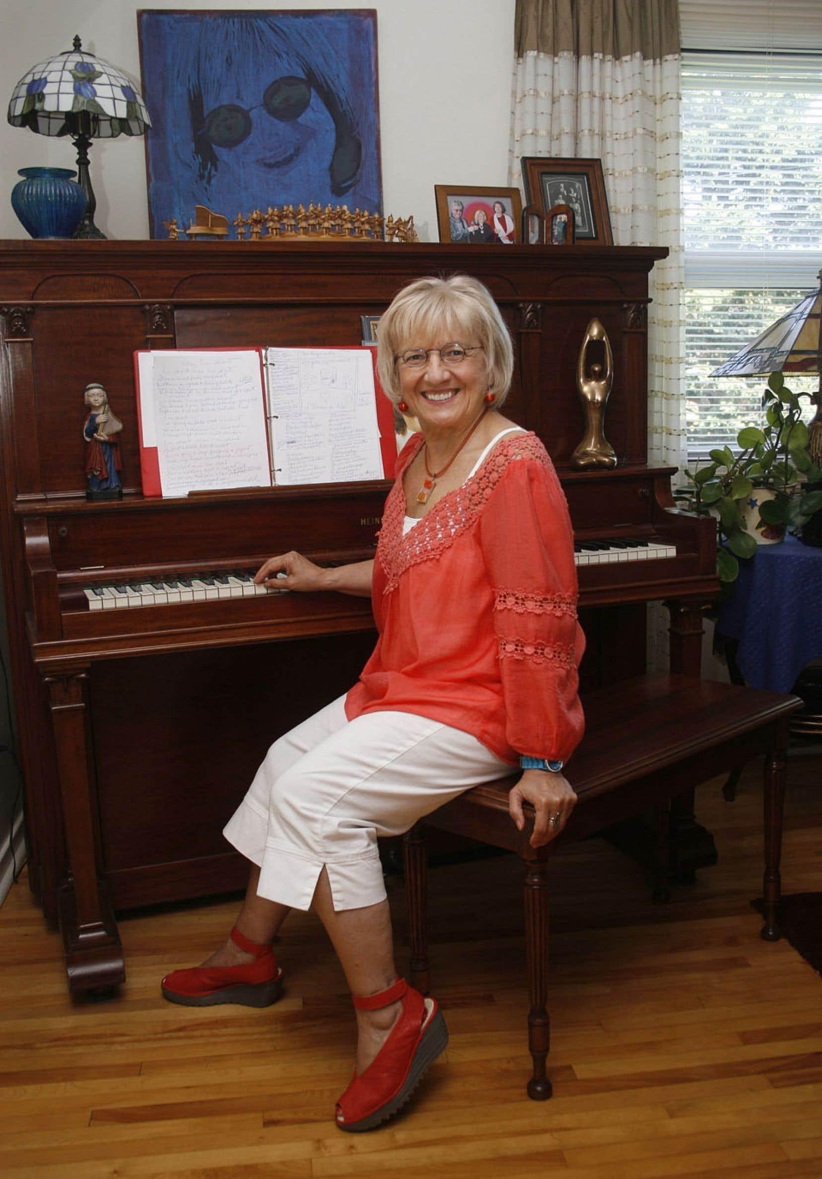 L'auteure-compositrice-interprète Angèle Arsenault à son piano dans sa résidence de l'Île-du-Prince-Édouard en 2010