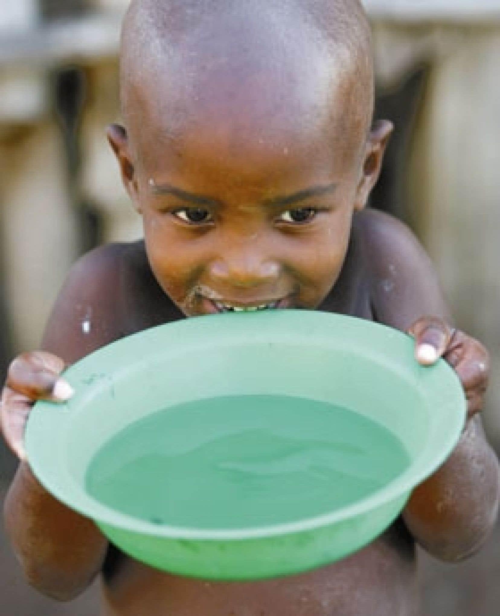 Enfant swazi buvant de l'eau dans la ville de Mbabane, capitale du Swaziland.