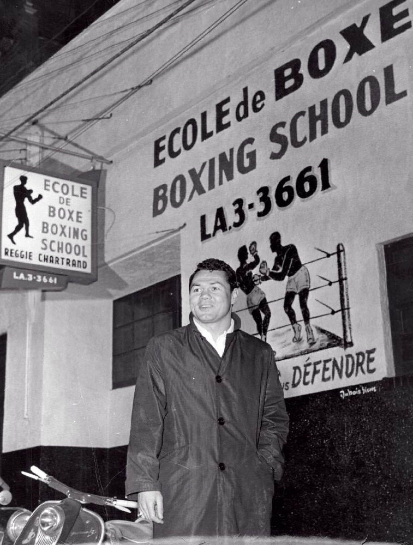 Devant son école de boxe, au tout début des années 1960, avant qu'il ne fasse du français dans l'affichage un de ses combats.<br />