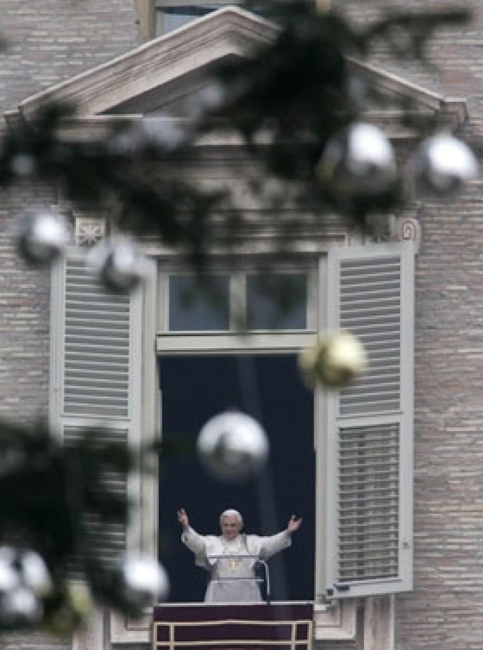 À l'occasion hier de son traditionnel message de Noël devant des milliers de pélerins rassemblés  place Saint-Pierre, le pape Benoît XVI a béni les santons de l'enfant Jésus brandis par des milliers d'enfants.