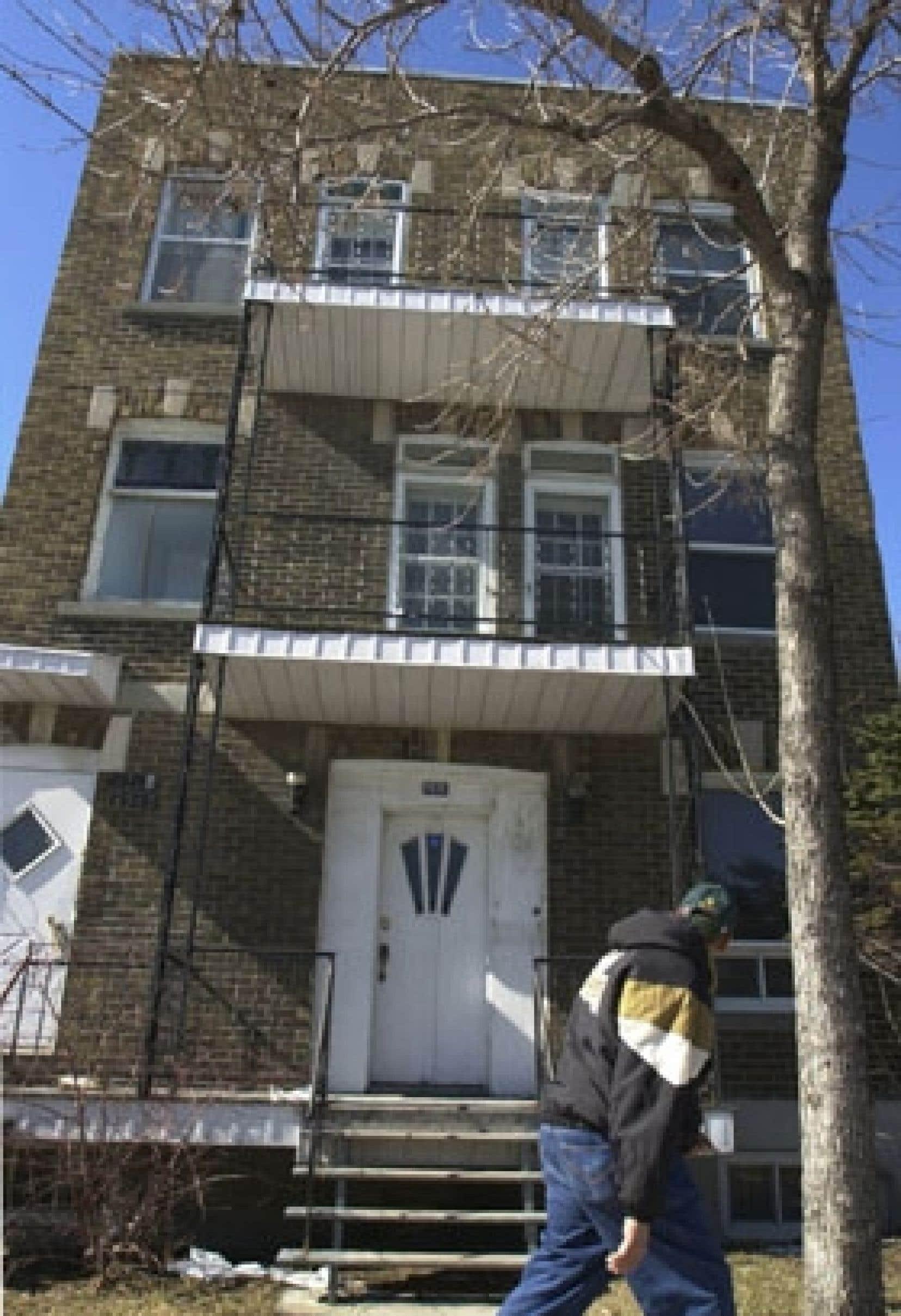 Le contrat type entre un vendeur et son agent immobilier, approuvé par l'ACAIQ, autorise le paiement seulement s'il y a une vente. De 1987 à 2002, Proprio Direct a fonctionné à l'inverse, exigeant un «coût d'adhésion» non remboursable éq