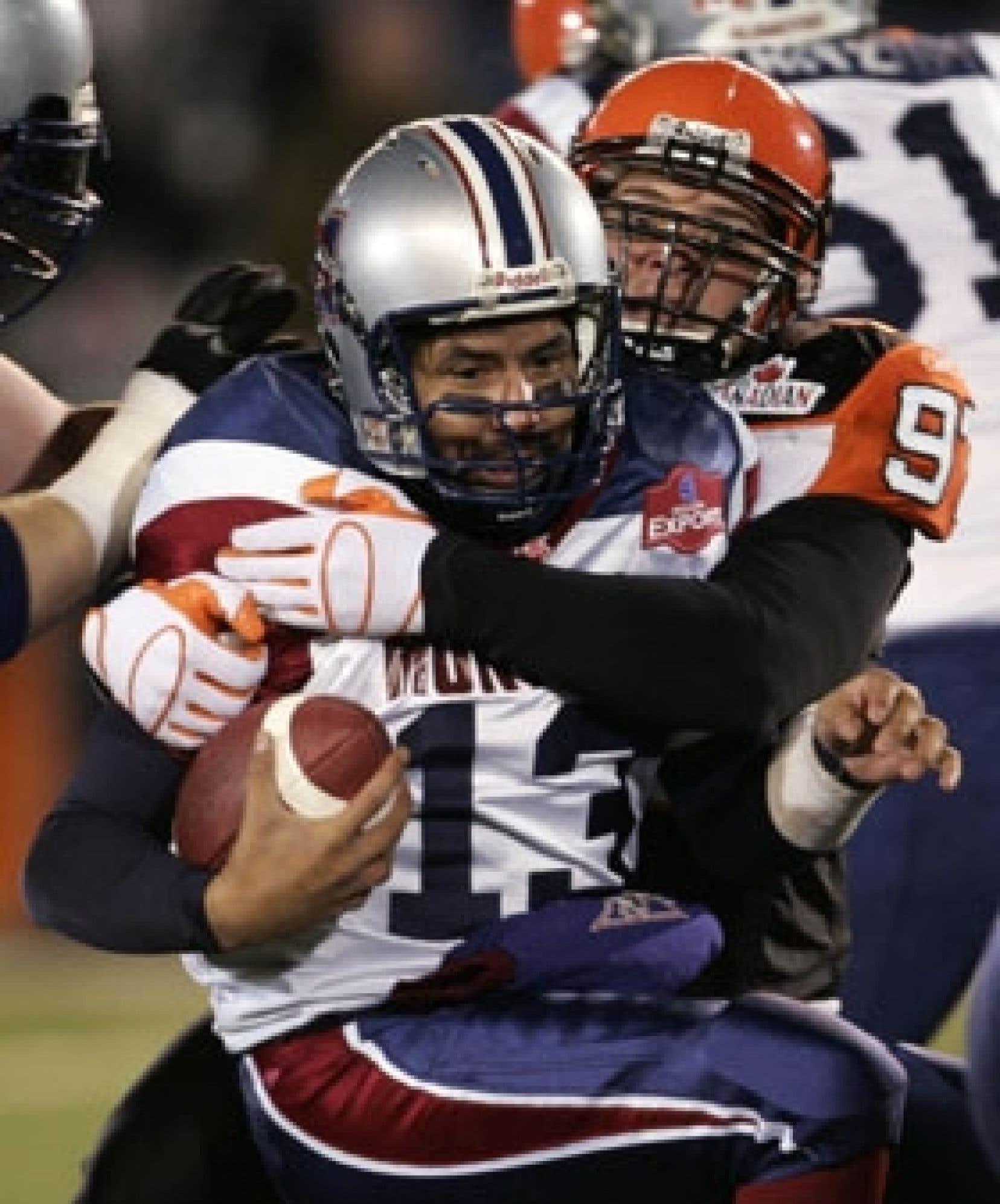 L'ailier défensif Brent Johnson, des Lions, rejoint le quart-arrière des Alouettes, Anthony Calvillo, freinant ainsi l'attaque montréalaise au cours de la deuxième demie, hier, à Winnipeg.