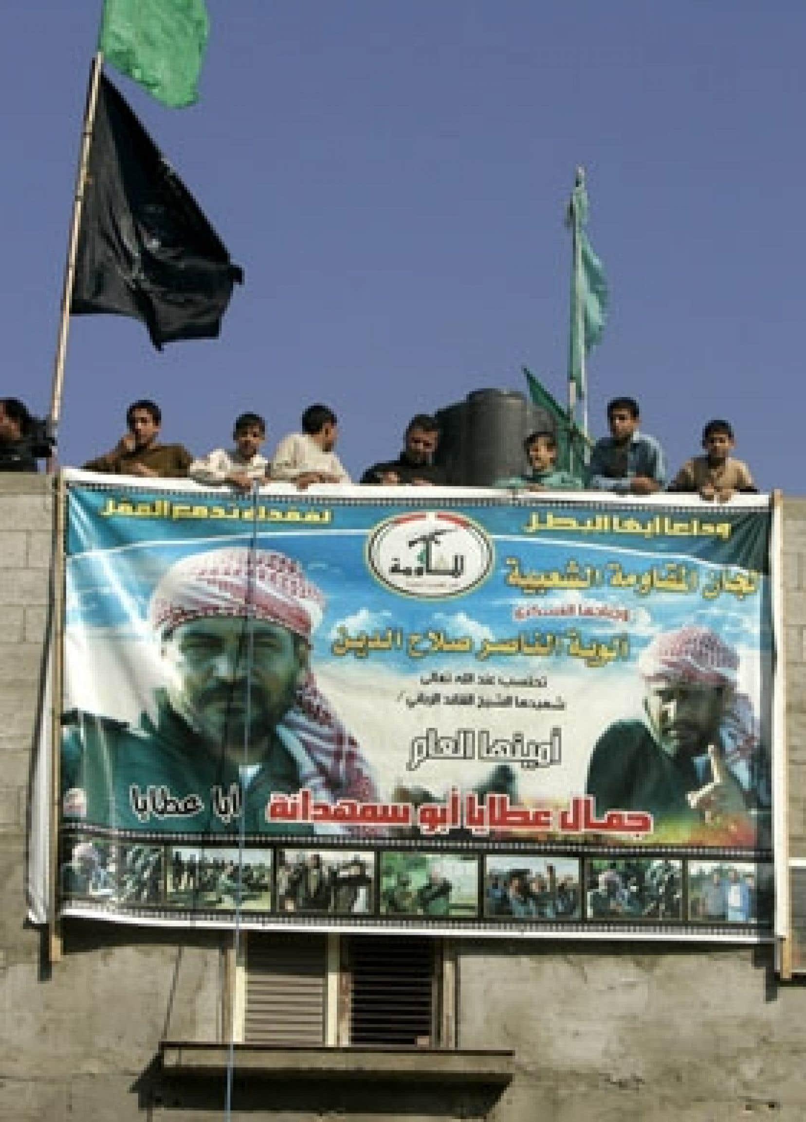 Des Palestiniens se sont rassemblés hier pour protéger les maisons de deux activistes menacées de frappes aériennes par Tsahal.
