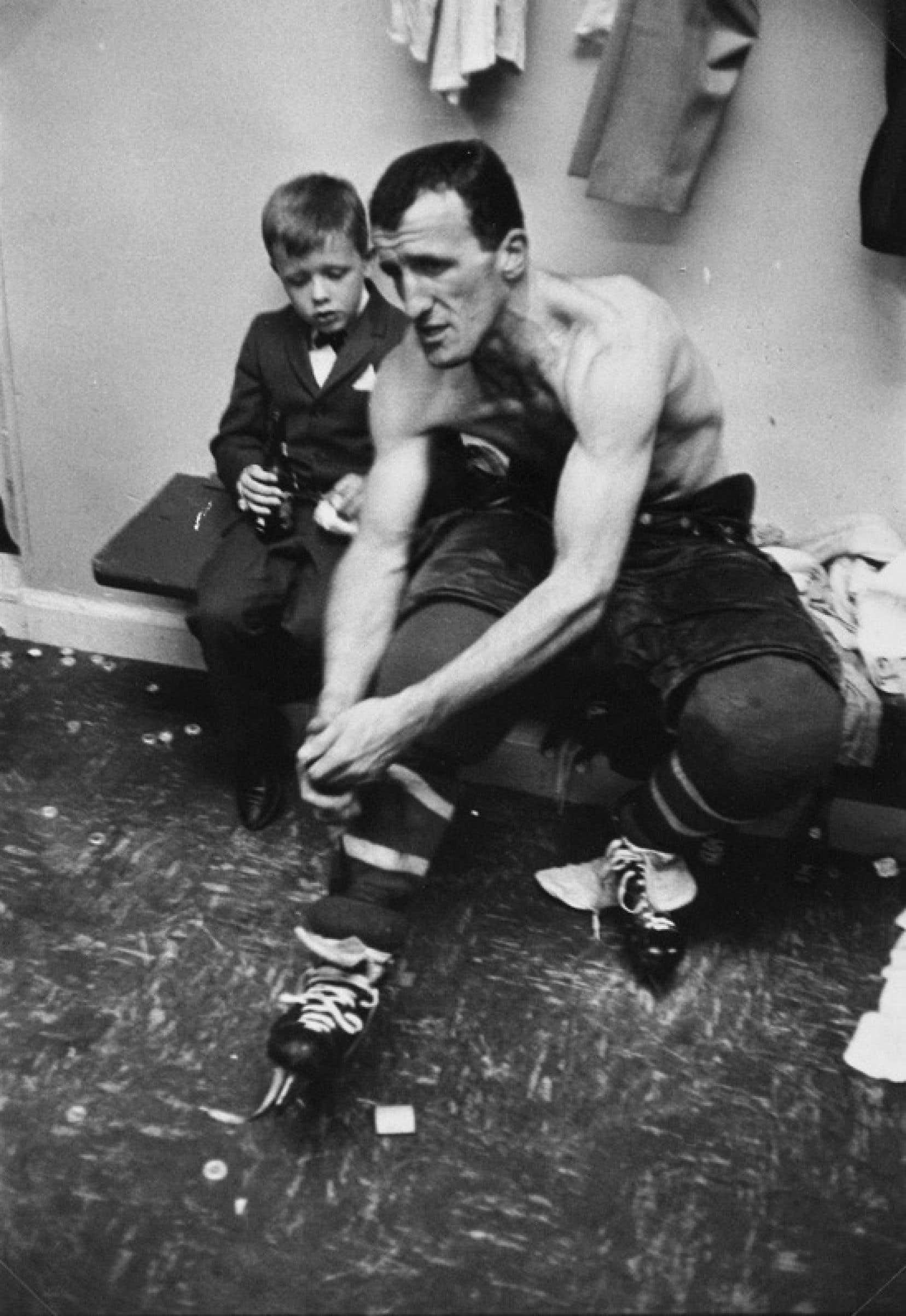 Le hockeyeur Claude Provost, numéro14 du Canadien de Montréal durant les années 1950-1960 et 1970, dans la lentille du photographe Henri Cartier-Bresson.