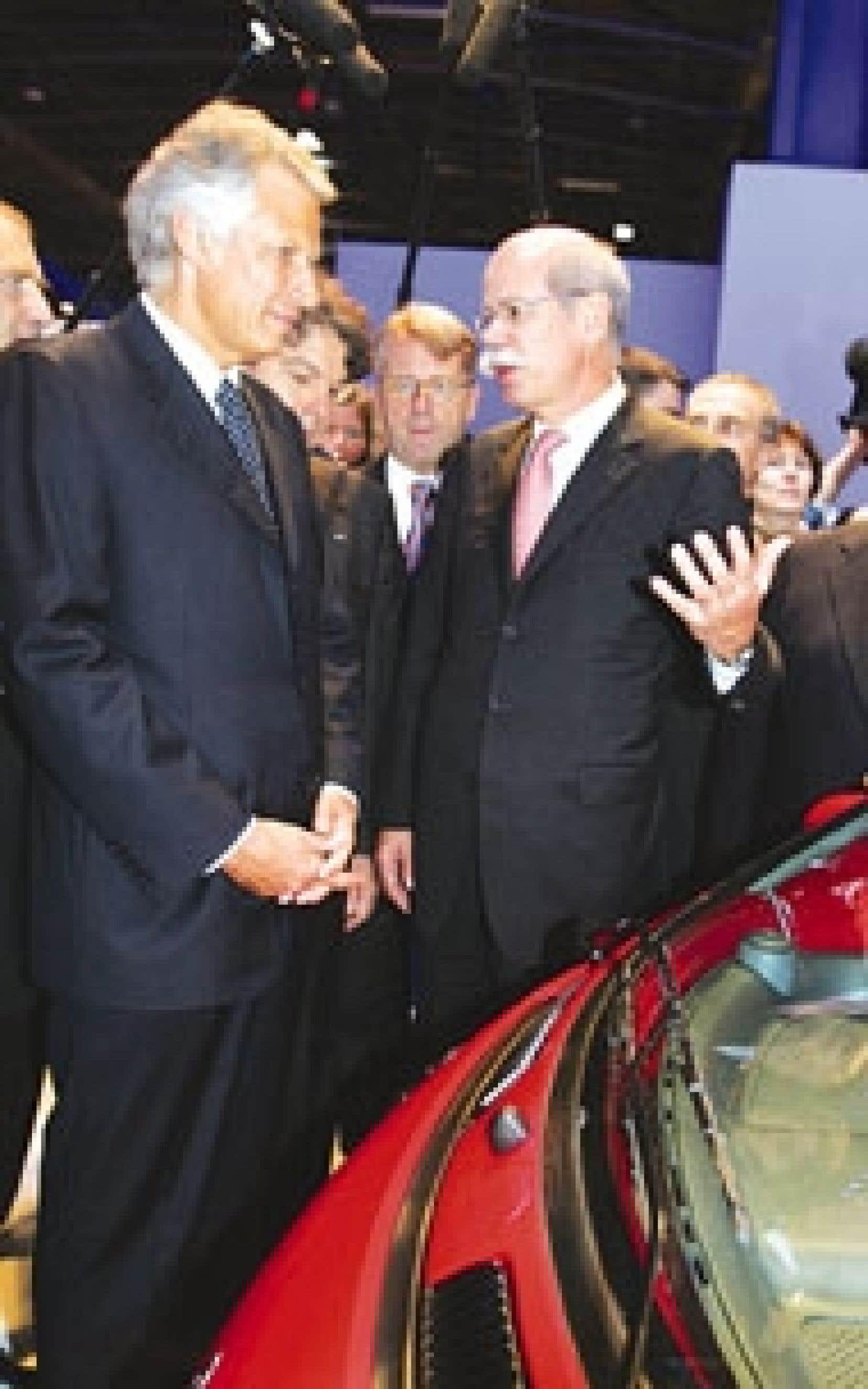 Dominique de Villepin au Mondial de l'auto de Paris, en compagnie du p.-d.g. de Mercedes, Dieter Zetsche.
