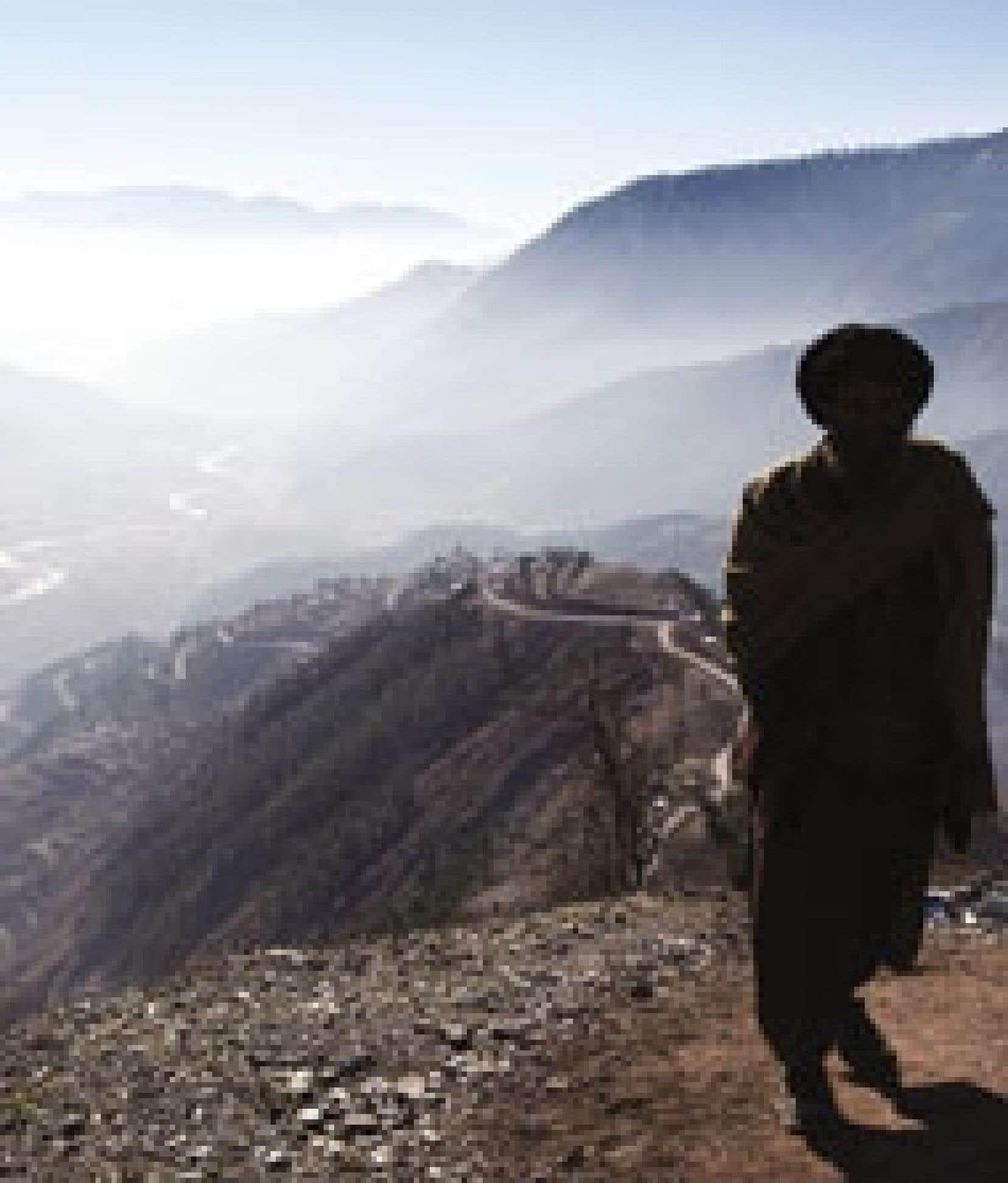 Oussama ben Laden se serait déplacé vers les provinces afghanes de Kounar ou du Nouristan, voire peut-être vers le district de Bajour, situé dans les zones tribales de la province pakistanaise de la Frontière du Nord-Ouest.