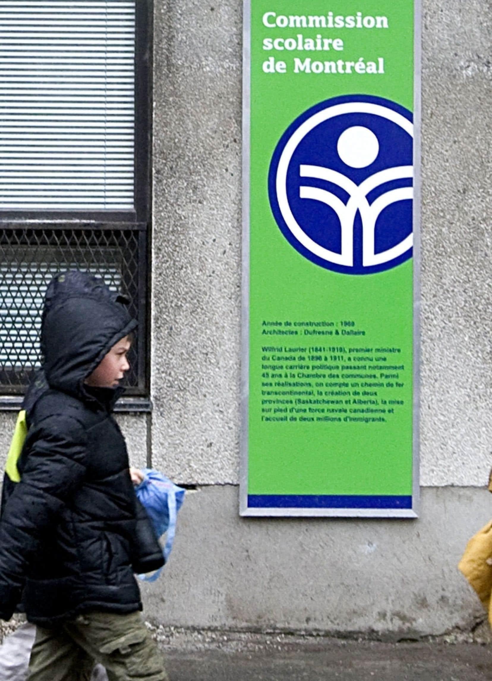 À travers le Québec, les commissions scolaires élaborent « toutes sortes de scénarios » dans l'attente du budget, début juin, du ministre des Finances Carlos Leitao.