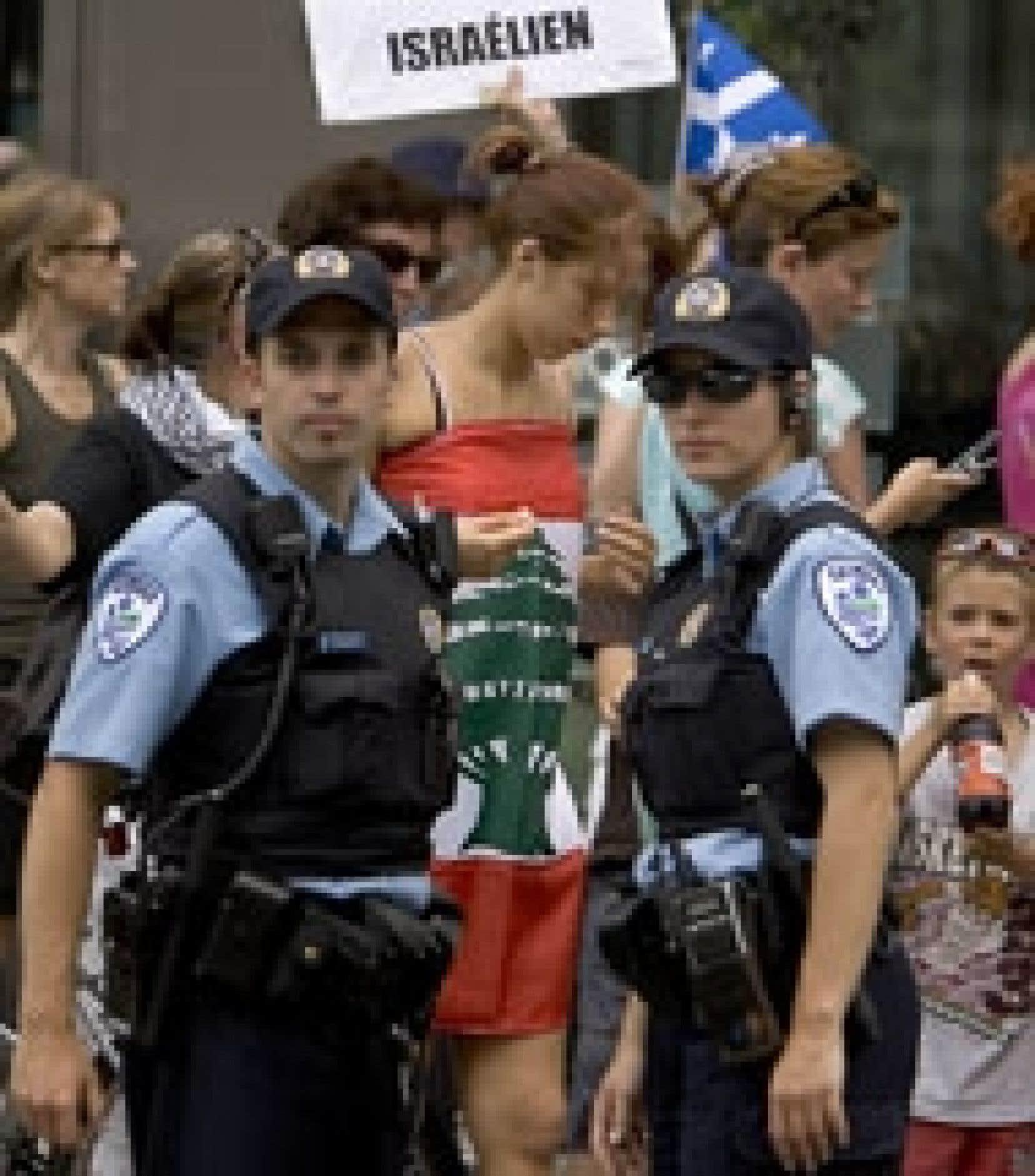 Ces deux policiers veillent au grain devant le consulat d'Israël à Montréal: aucune altercation n'est venue troubler les deux manifestations distinctes et opposées qui ont précédé la vigile de 24 heures effectuée au square Dorchester par quel