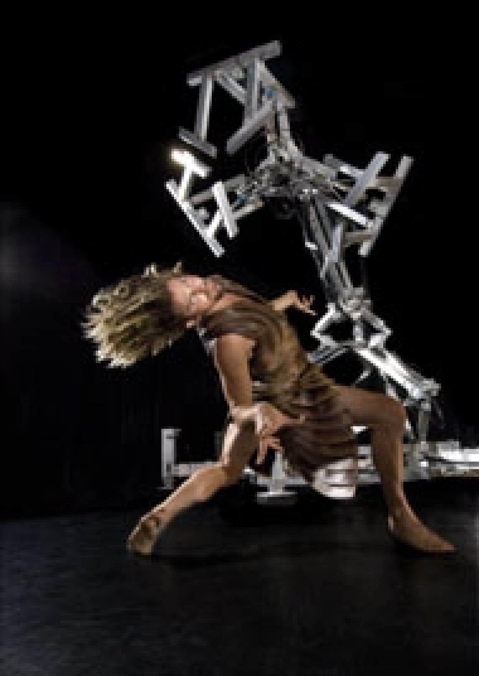 Un danseur de l'Australian Dance Theatre en interaction avec un des robots à géométrie variable du designer québécois Louis-Philippe Demers.