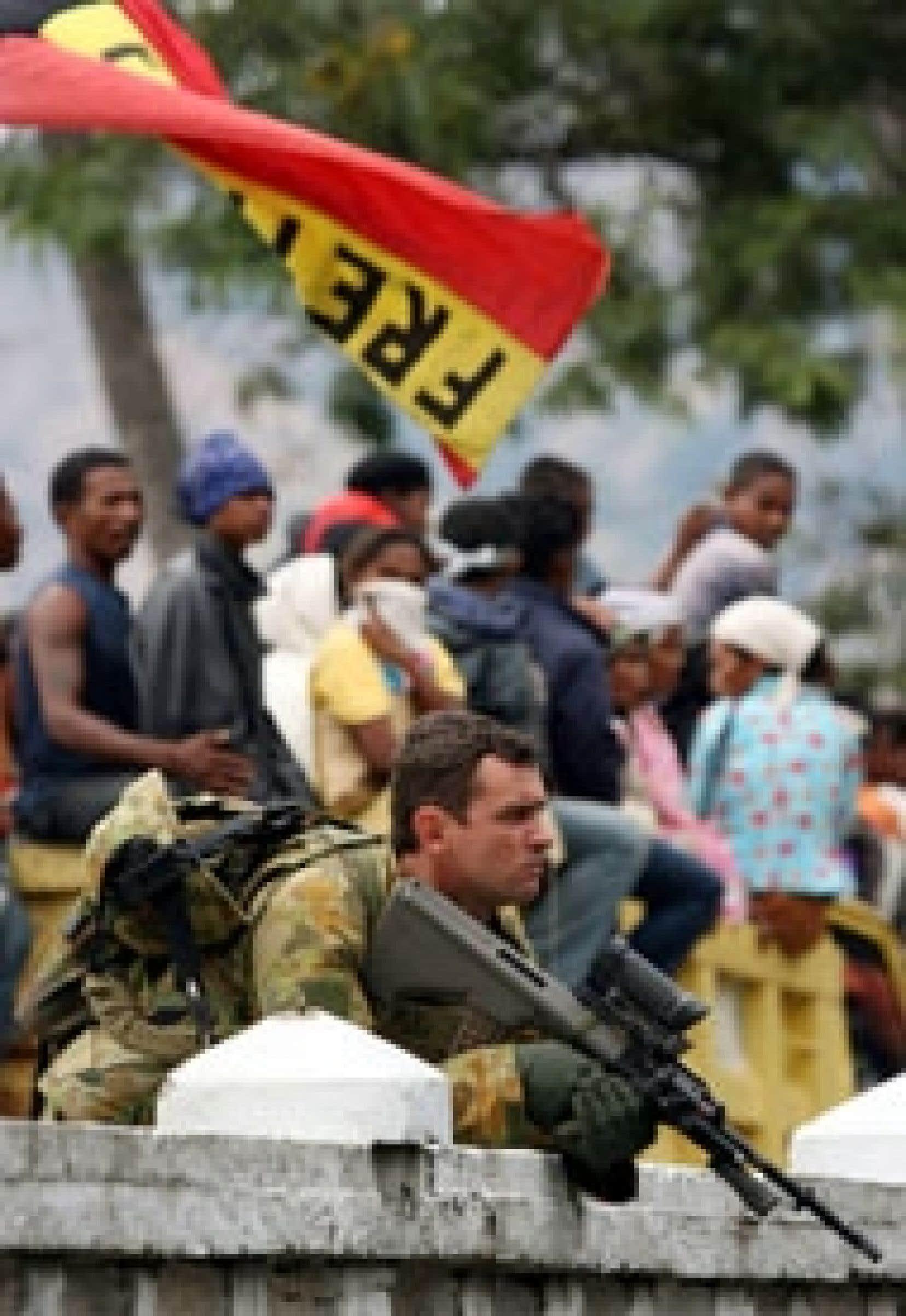 Un soldat australien surveillait des partisans de Xanana Gusmao, jeudi à Alkatiri.