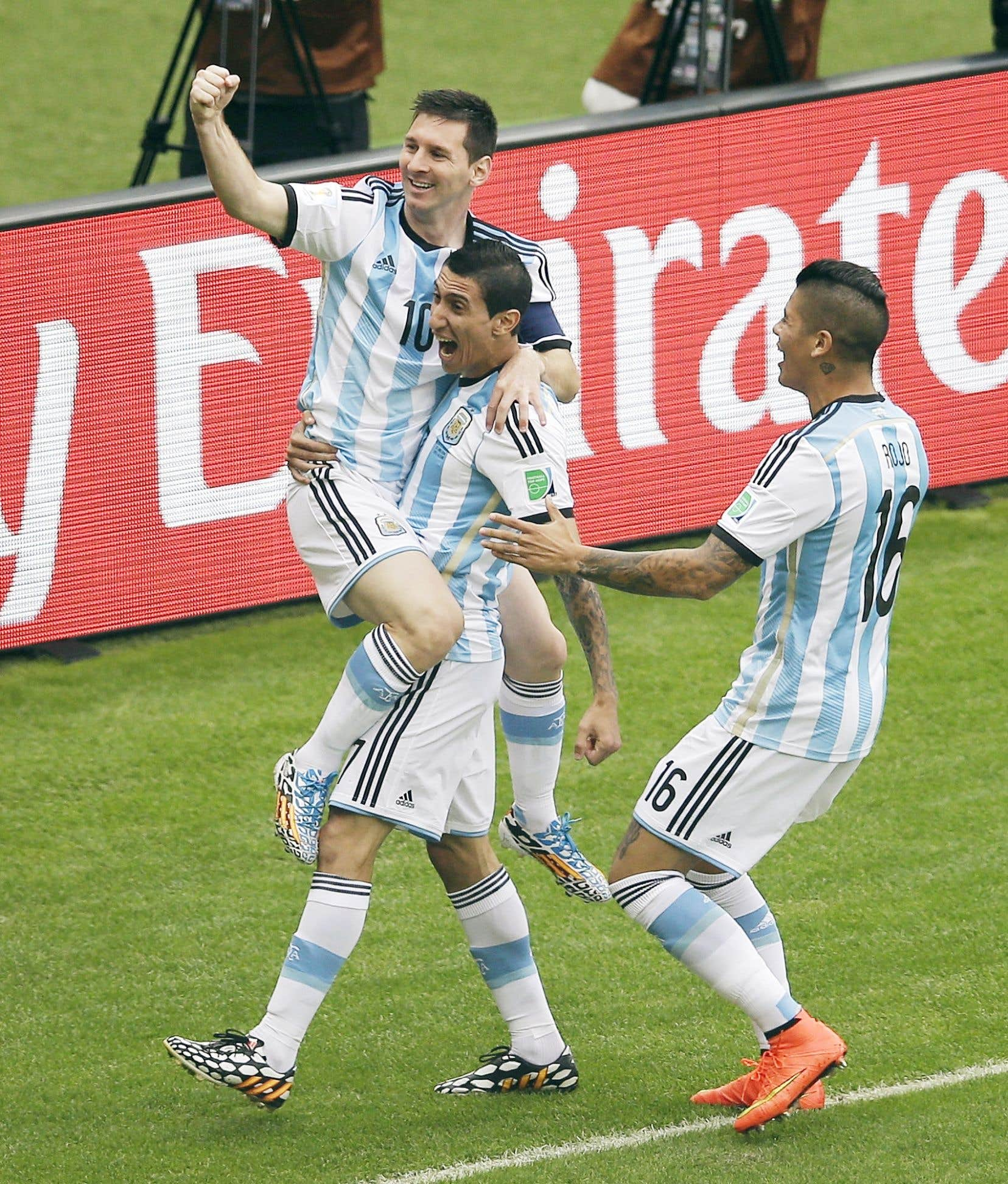 Lionel Messi a sauté dans les bras de son coéquipier Angel Di Maria après avoir marqué son premier but du match.