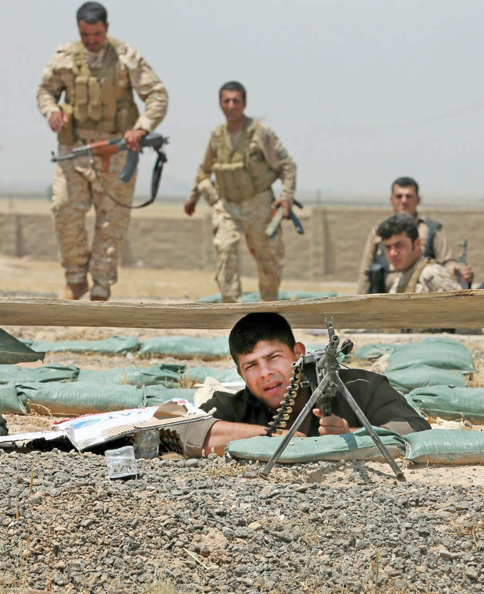 Des membres des forces kurdes d'Irak prenant position près du village de Bashir, au sud de Kirkouk, dimanche.