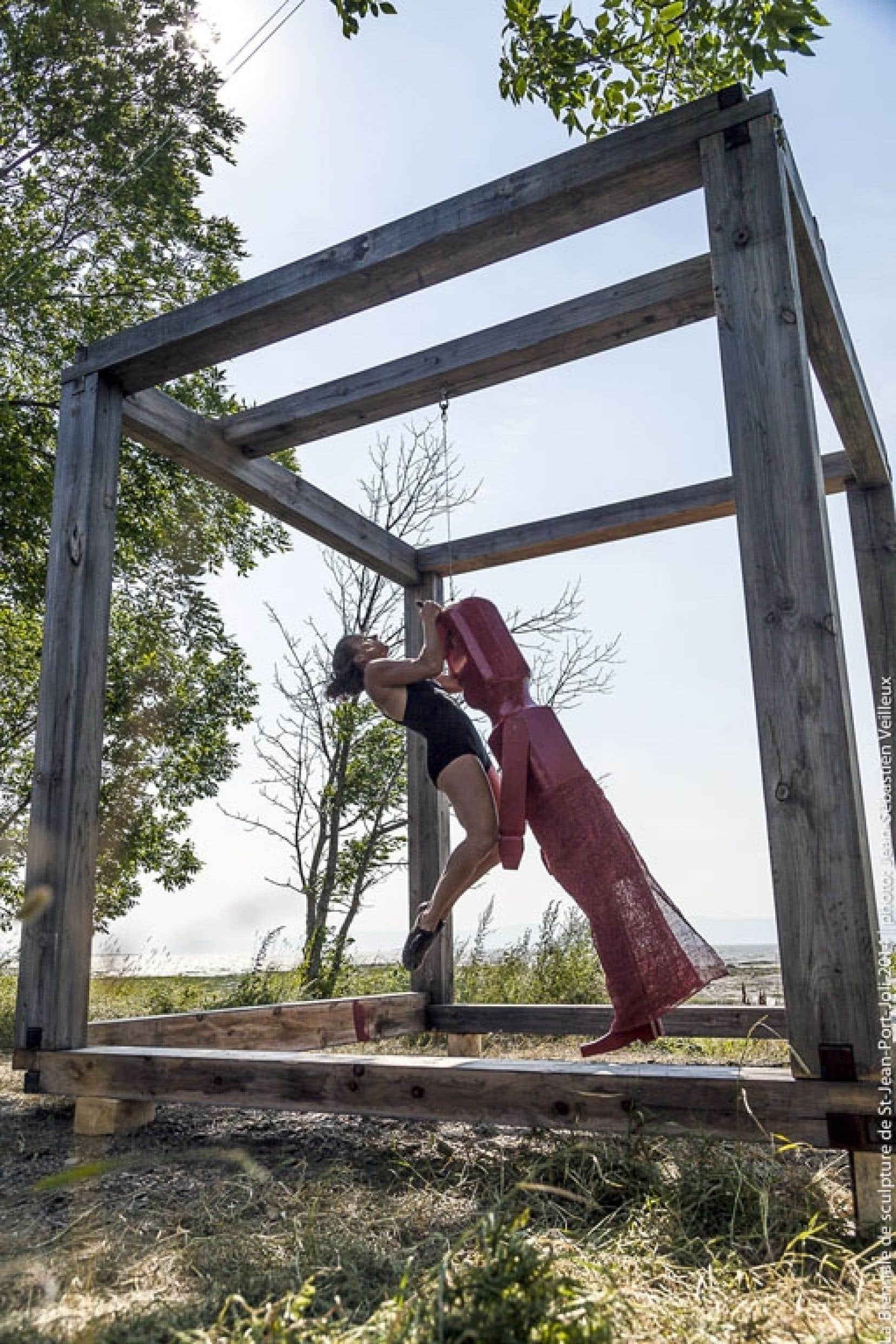 La danseuse Marie-Eve Demers interprète un segment de l'oeuvre <em>Le corps du diable</em>.