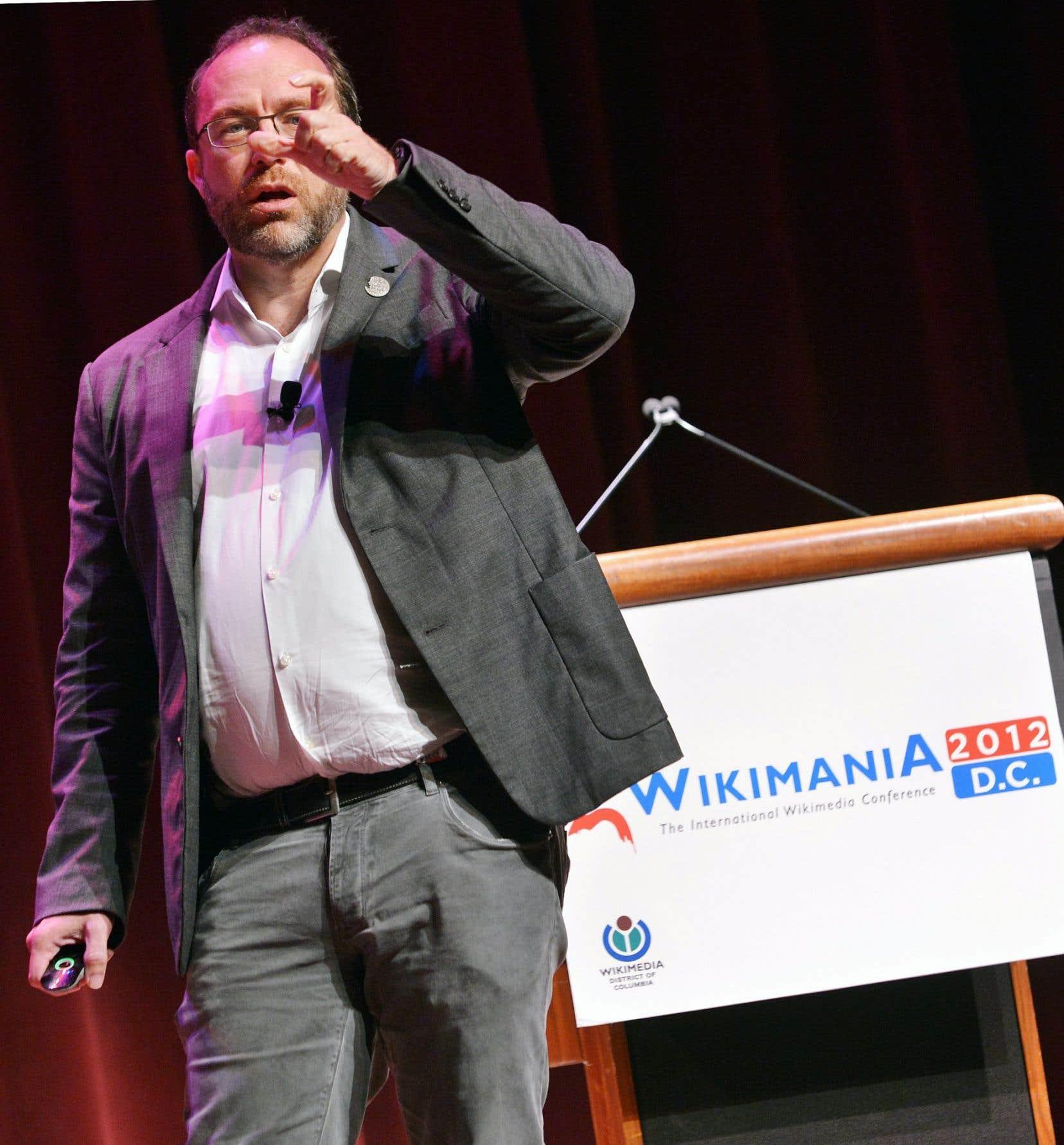 Le cofondateur de Wikipédia, Jimmy Wales, lors du Wikimania de 2012. Wikipédia reste dirigée par une petite association à but non lucratif qui emploie 200 personnes.