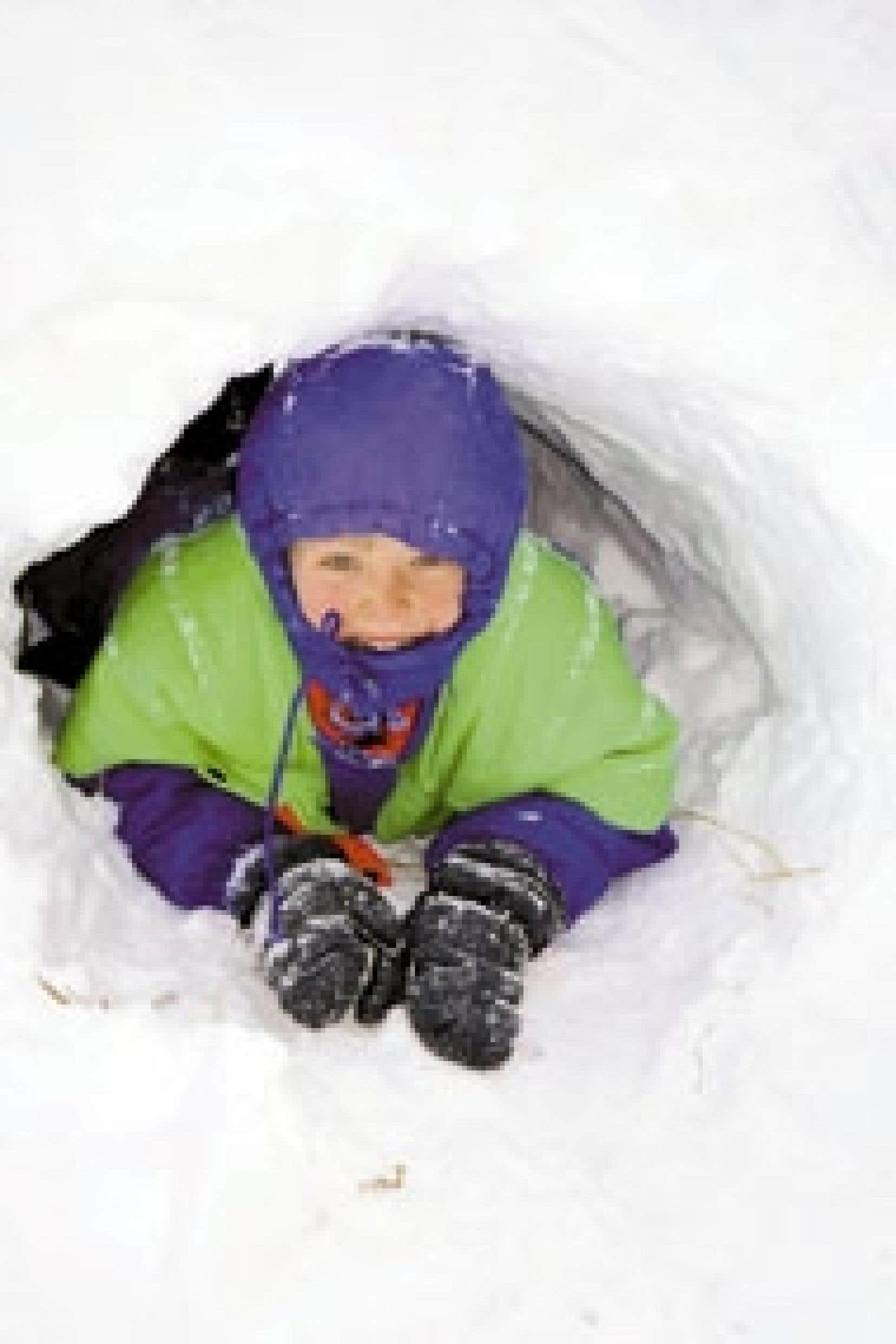 Au moyen de pelles, de seaux et de moules, les enfants de 5 à 12 ans peuvent créer, avec la neige qui recouvre le sol (à laquelle ils peuvent ajouter des colorants végétaux), chacun des bâtiments de leur cité. Source: Centre canadien d'architec