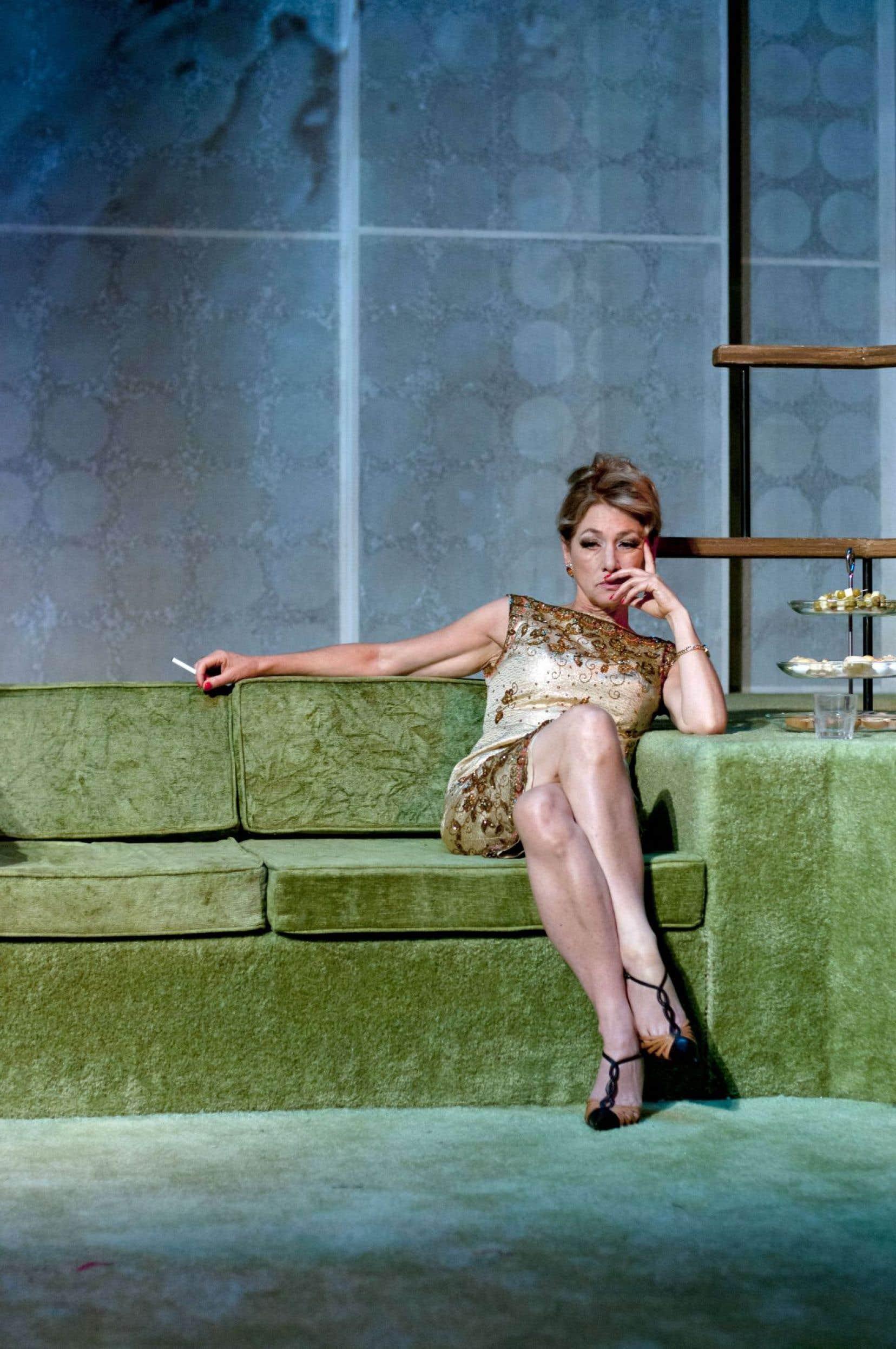 Impossible de détacher les yeux de Brigitte Robinson qui, cela ne s'invente pas, incarne Mrs. Robinson.