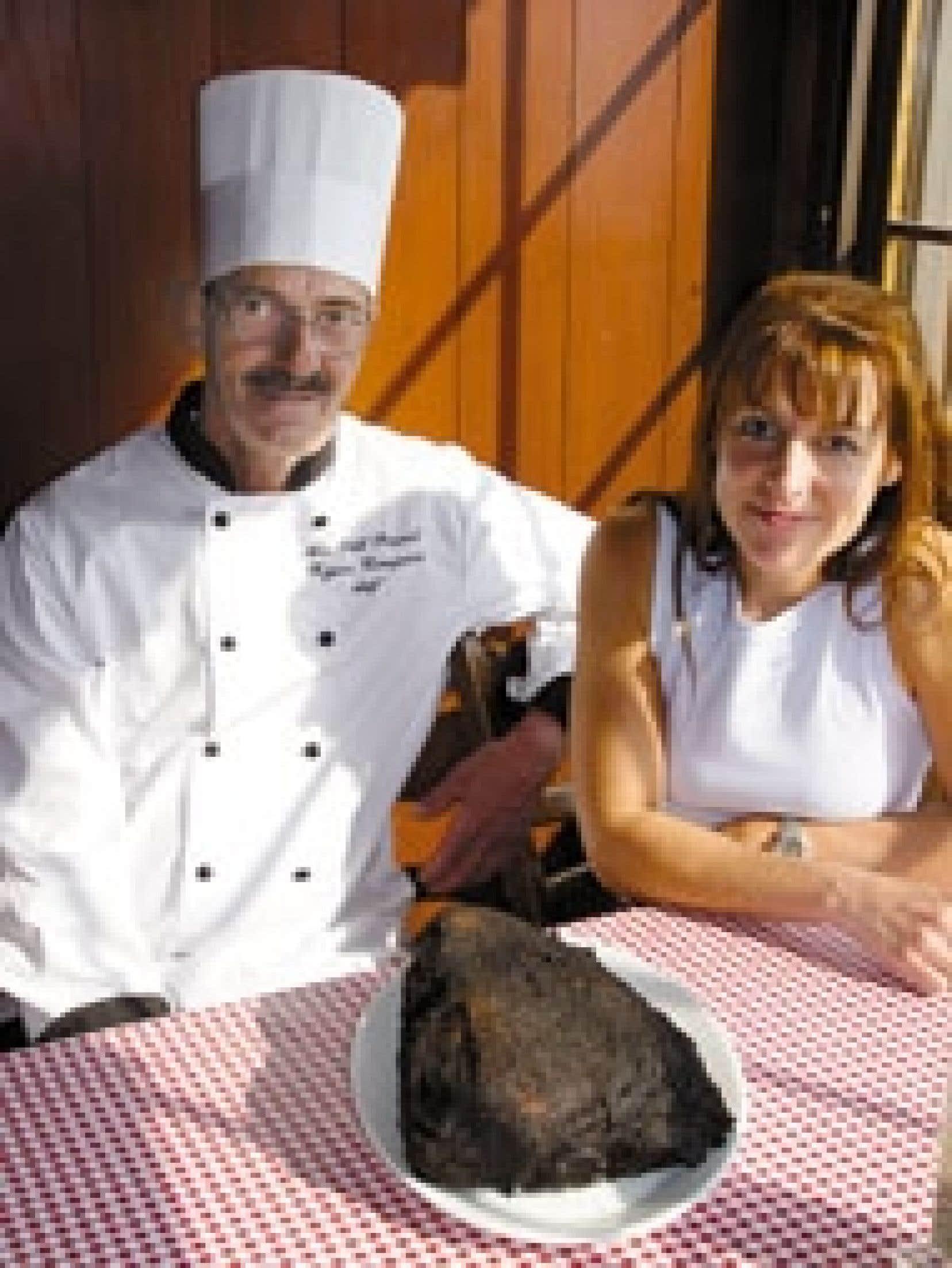 Depuis un an, Carole Nadon, une des deux filles de la famille, gère avec charisme et dévouement les destinées de la rôtisserie Au Petit Poucet. À sa droite, Réjean Campeau, chef du restaurant.