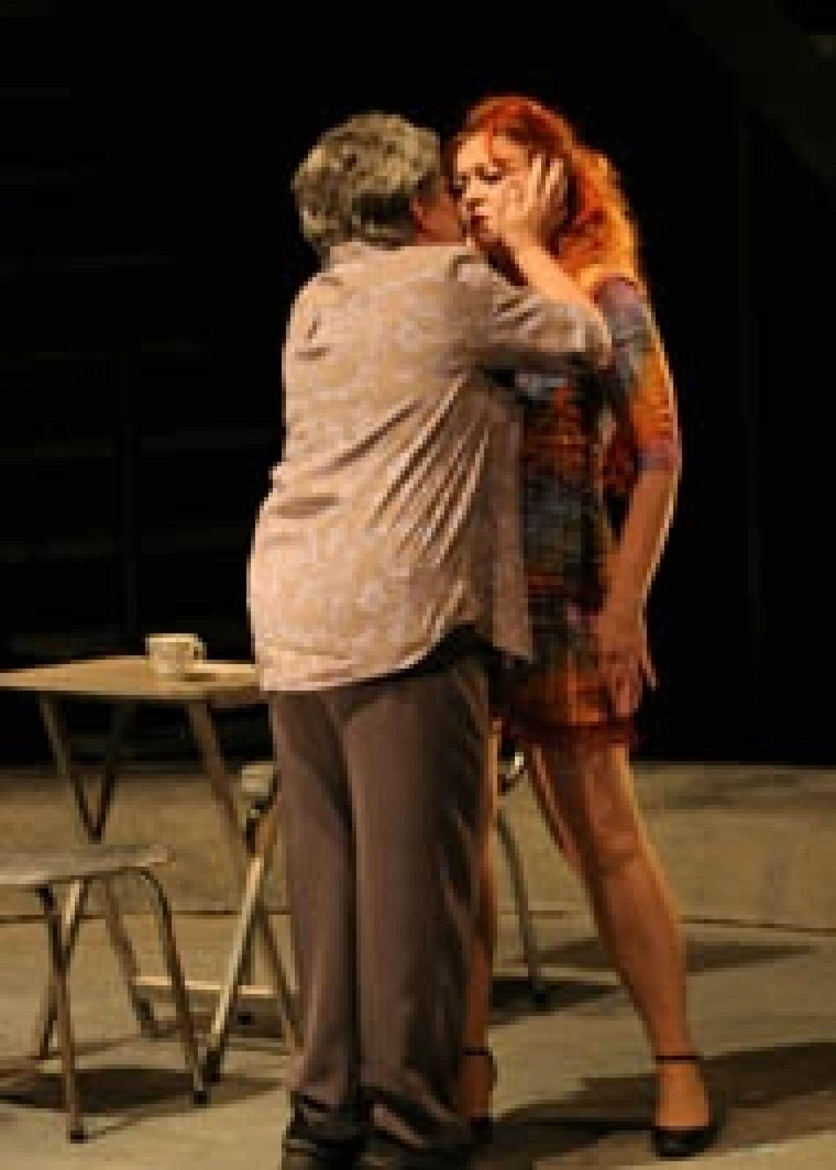 Source Jean-François Landry Une scène de la pièce En pièces détachées avec Denise Verville (de dos sur notre photo), qui incarne la mère, Albertine, et Lorraine Côté, qui joue le rôle de Thérèse.