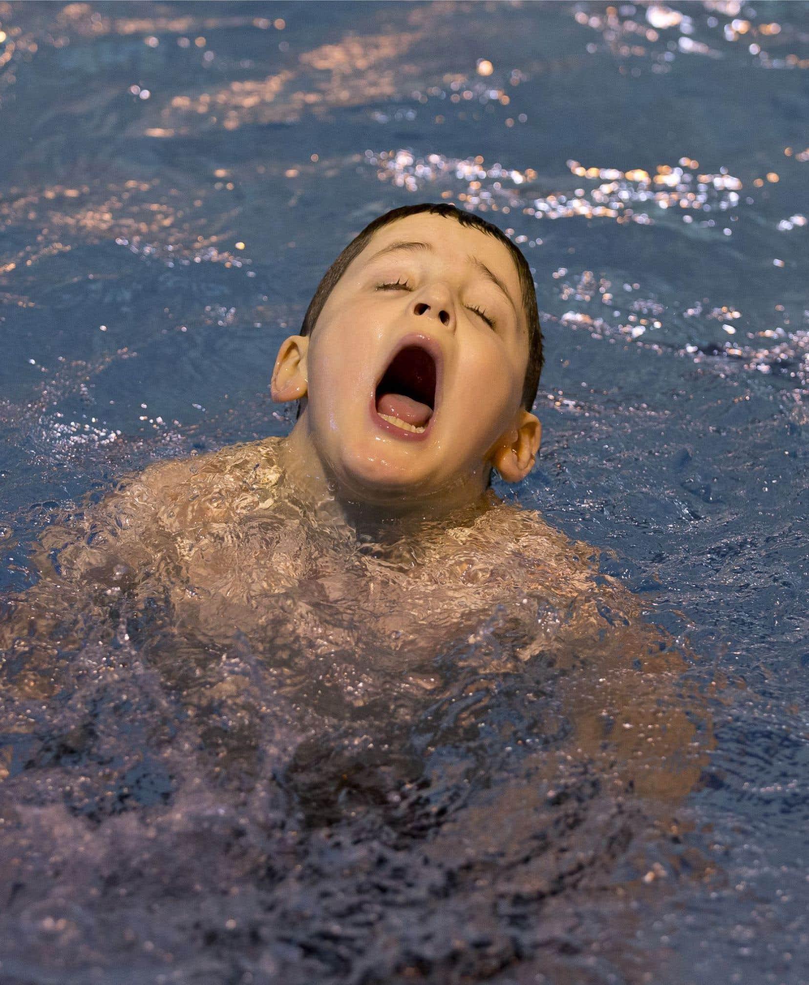 Stevens, un jeune autiste, crie tout son bien-être de passer du temps dans la piscine. Avec lui, les cours de natation constituent l'approche qui lui permet de communiquer. Dans une communauté autistique hétérogène, chaque personne devrait d'ailleurs être abordée distinctement, préconise le psychologue Tony Attwood.