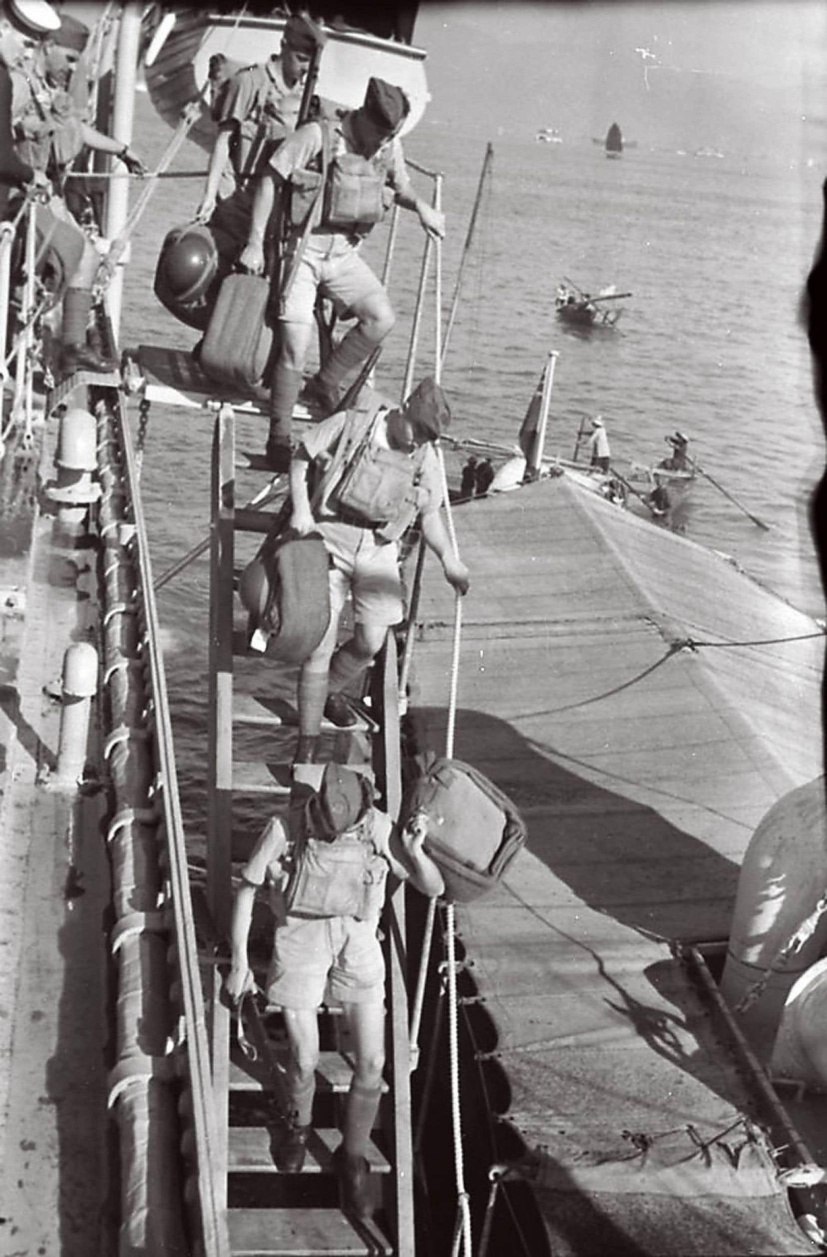Des soldats canadiens du régiment des Royal Rifles débarquant à Hong Kong en novembre 1941.