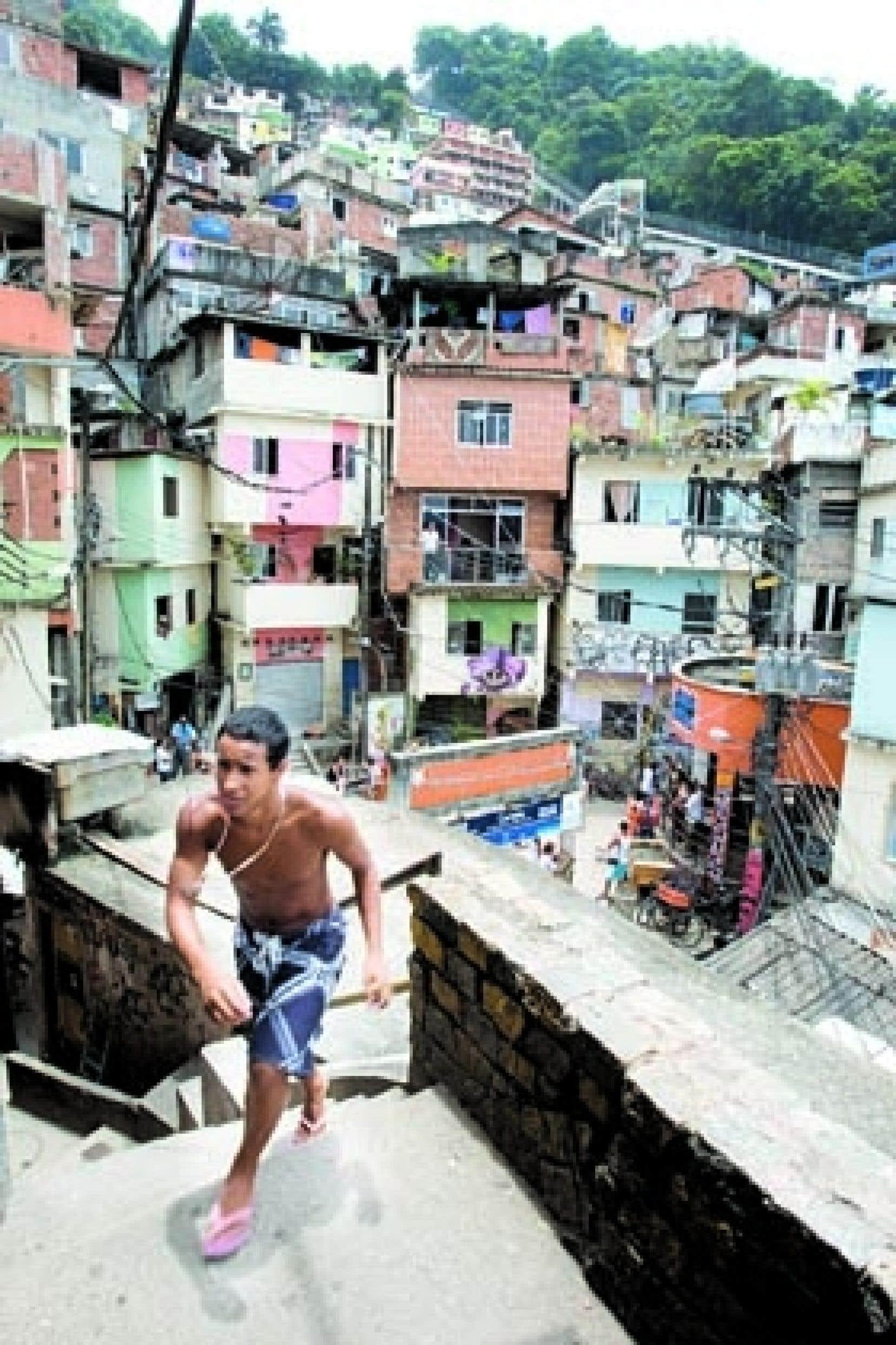 Le gouverneur Sérgio Cabral veut rétablir l'ordre urbain en érigeant un mur de trois mètres de haut autour de 13 favelas, dont la Dona Marta.